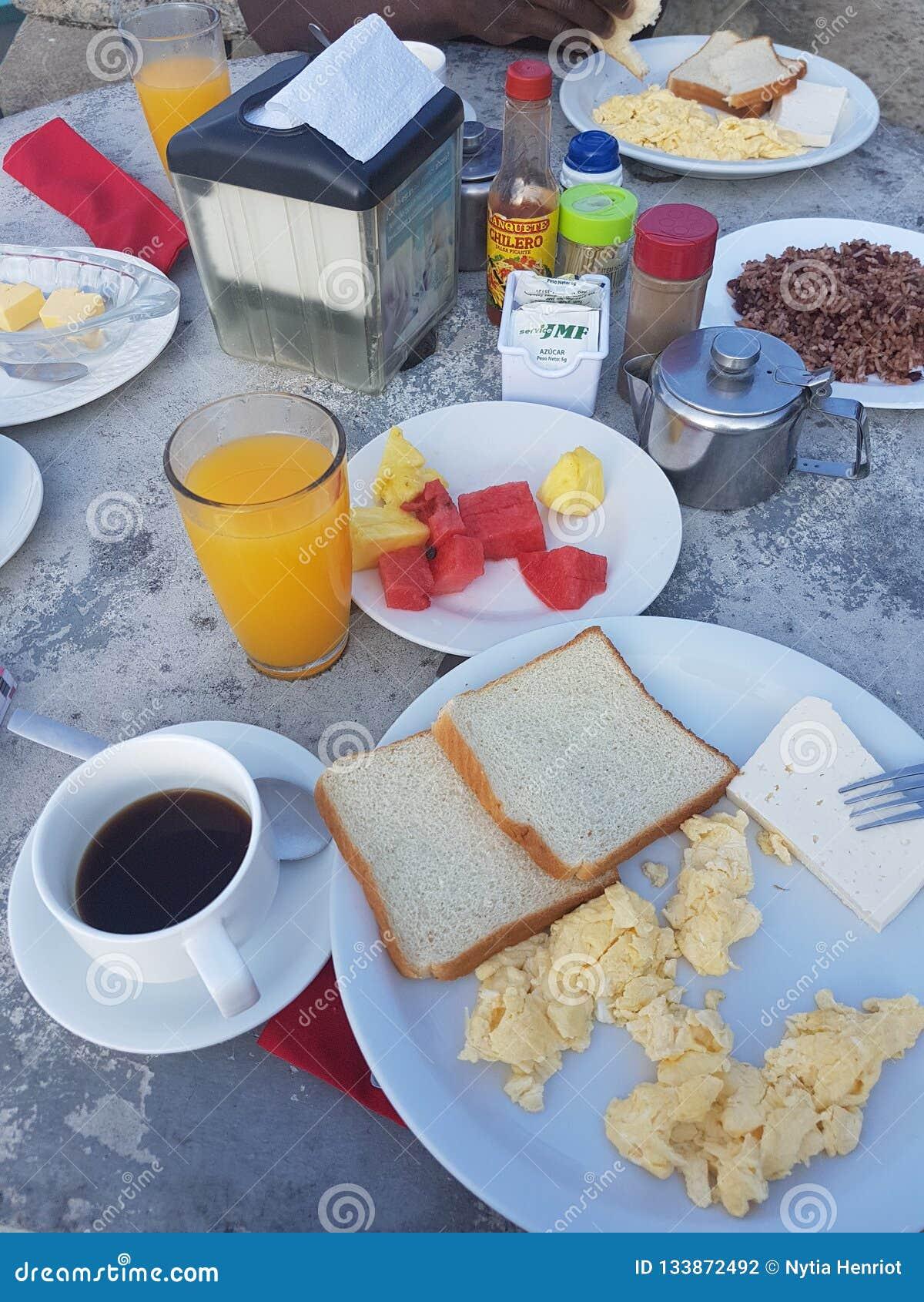 Typisk costaricien frukosten med den Gallo pintoen