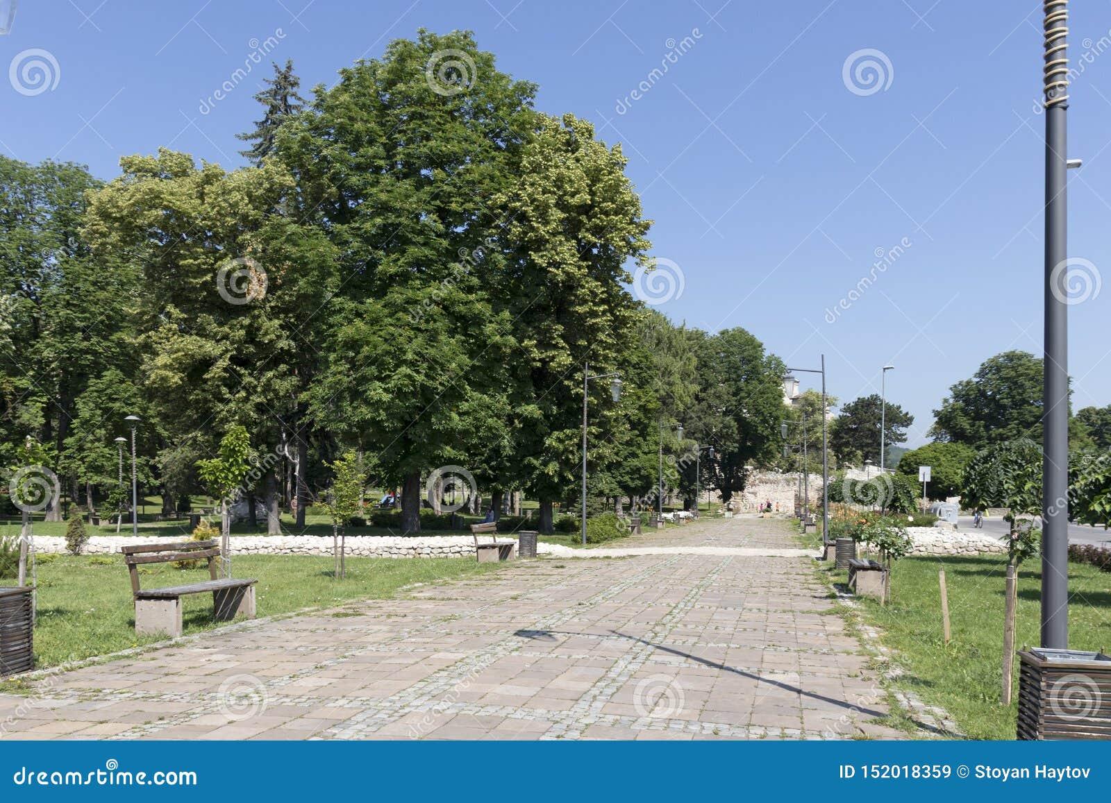 Typisk gata och byggnad i stad av Pirot, Serbien