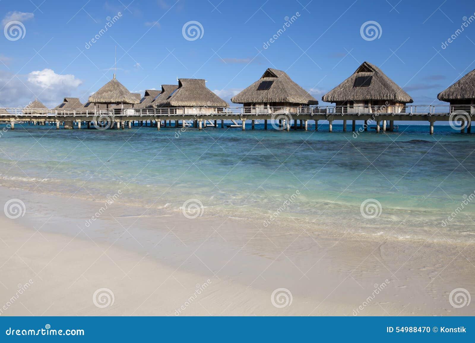 Typisk landskap av tropiska öar - kojor, trähus över vatten