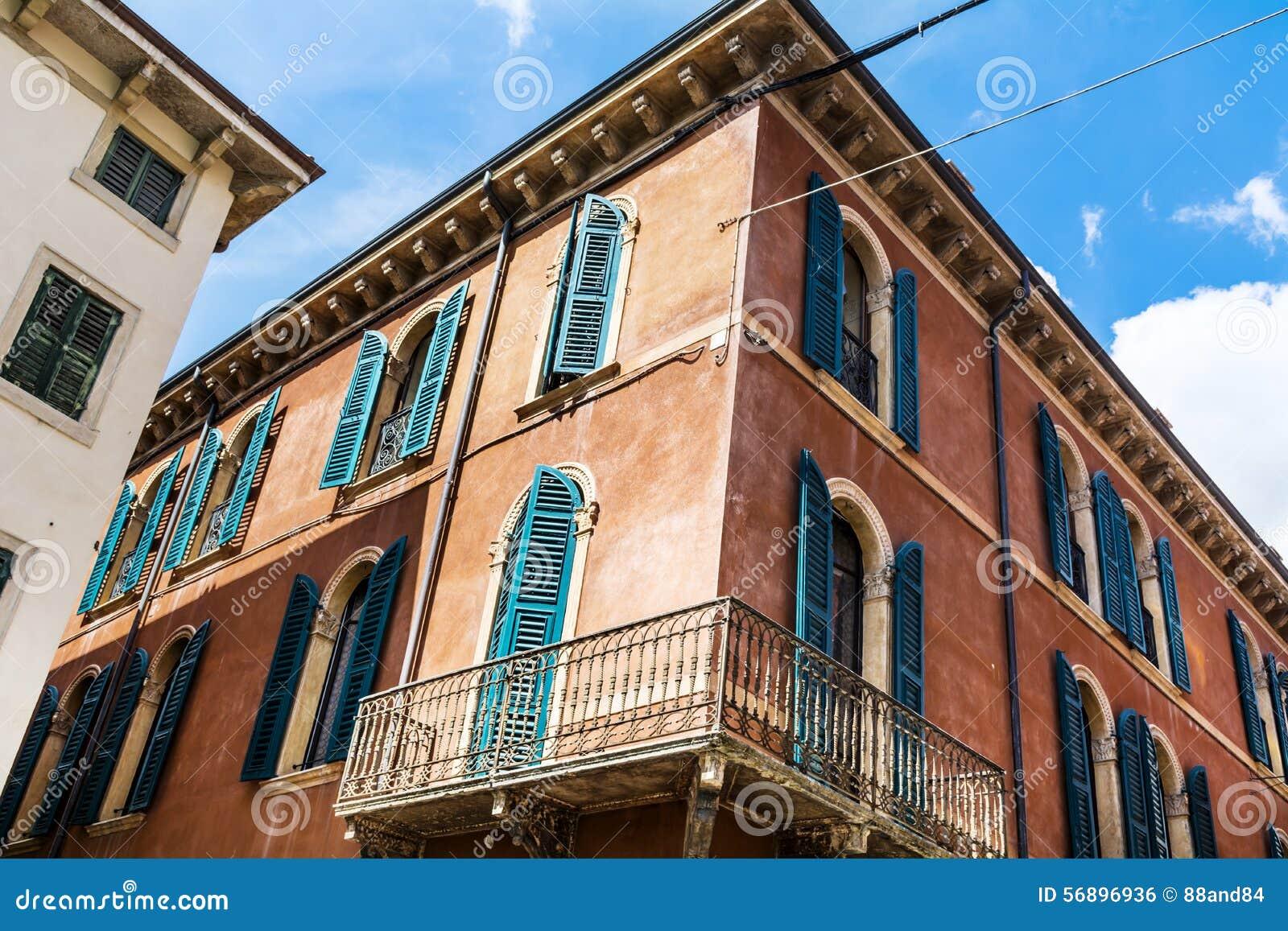 Typisk Orange Byggnad Med Antika Fönster I Verona Arkivfoto - Bild ... : antika fönster : Fönster