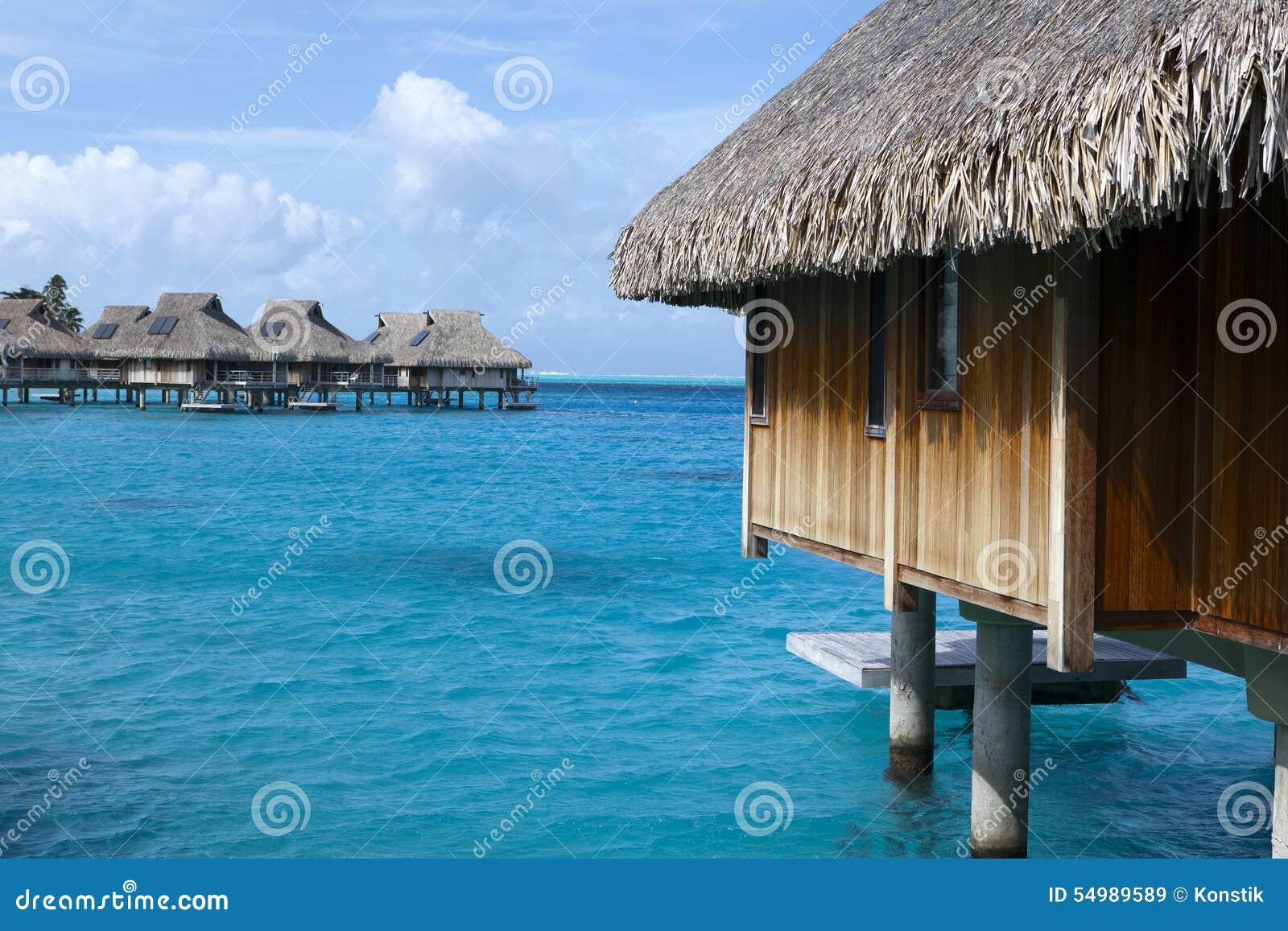 Typisk Polynesian landskap - små hus på vatten