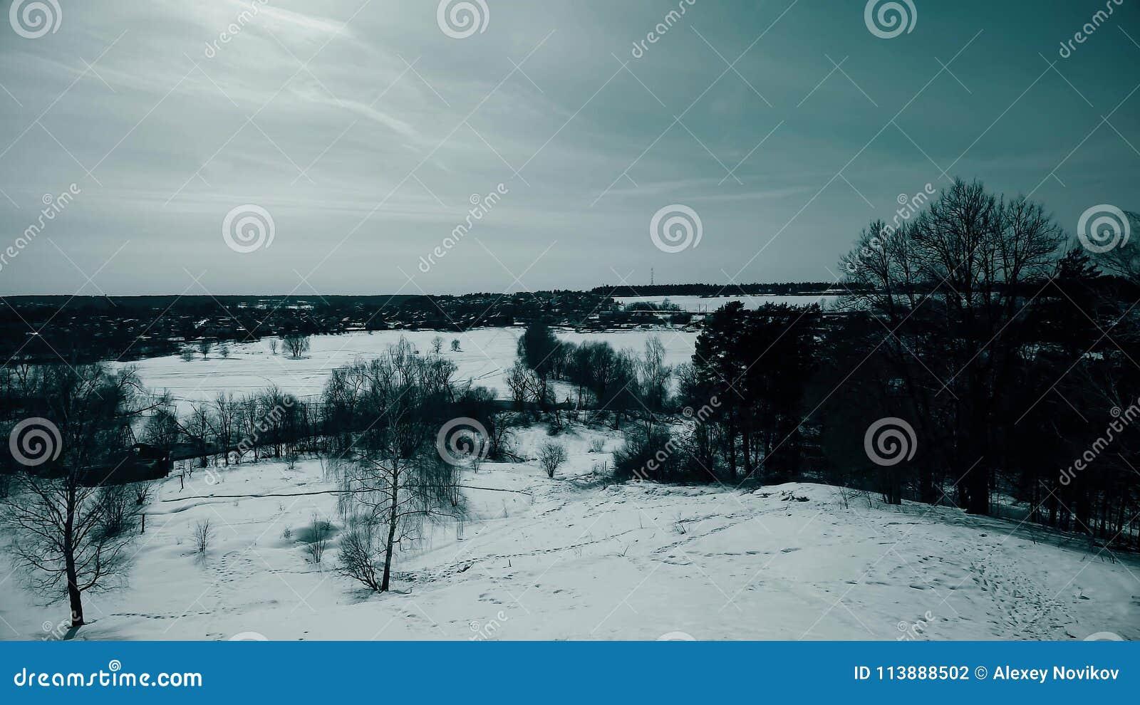 Typisk ryskt vinterlandskap som gäller den avlägsna staden, pannaskott