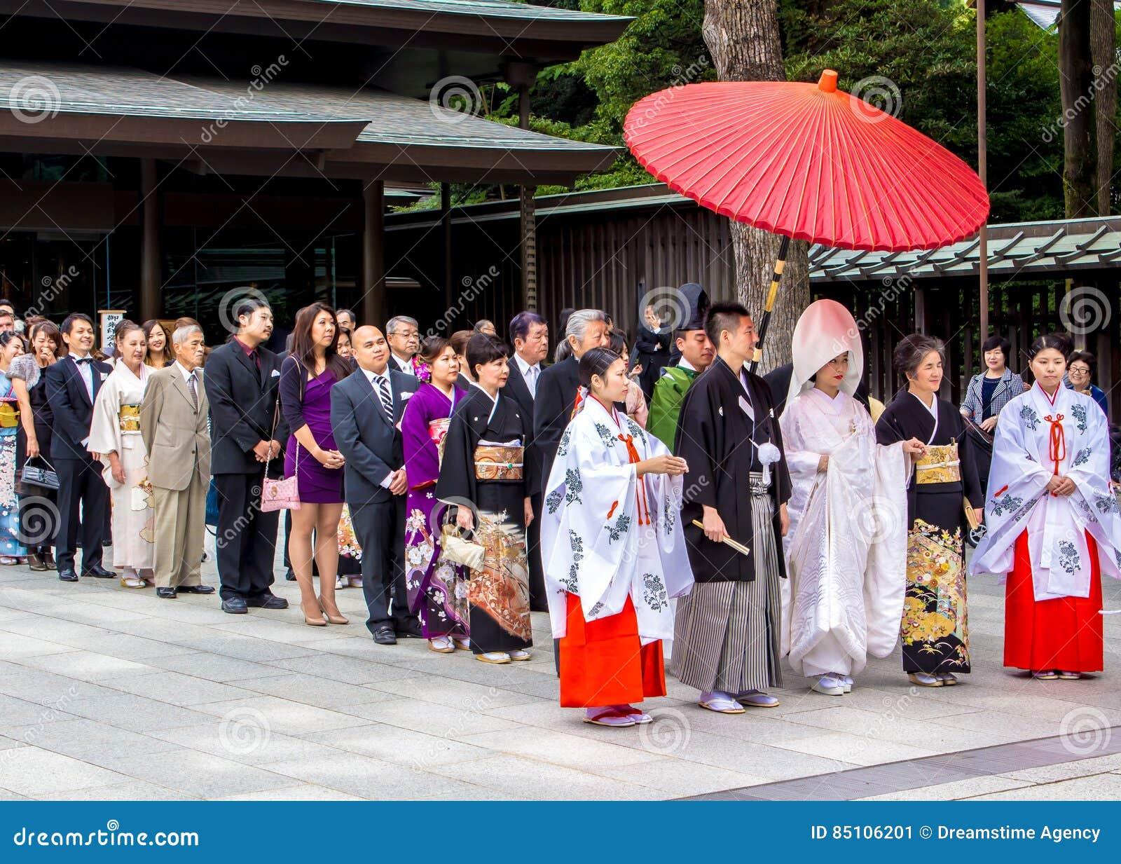 Typisk Shintobröllop med en cortege av gäster