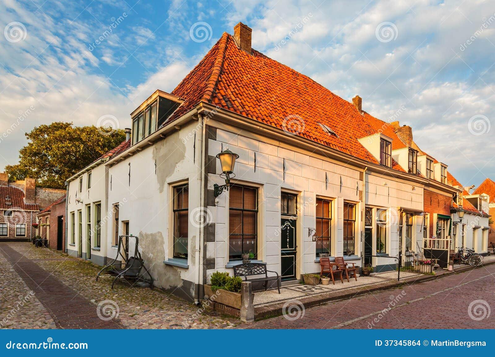 Typiska gamla radhus i Elburg Nederländerna