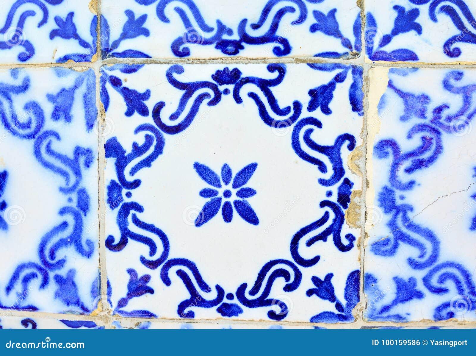 Typiska gamla tegelplattor av Portugal, detalj av en klassisk azulejo för keramiska tegelplattor
