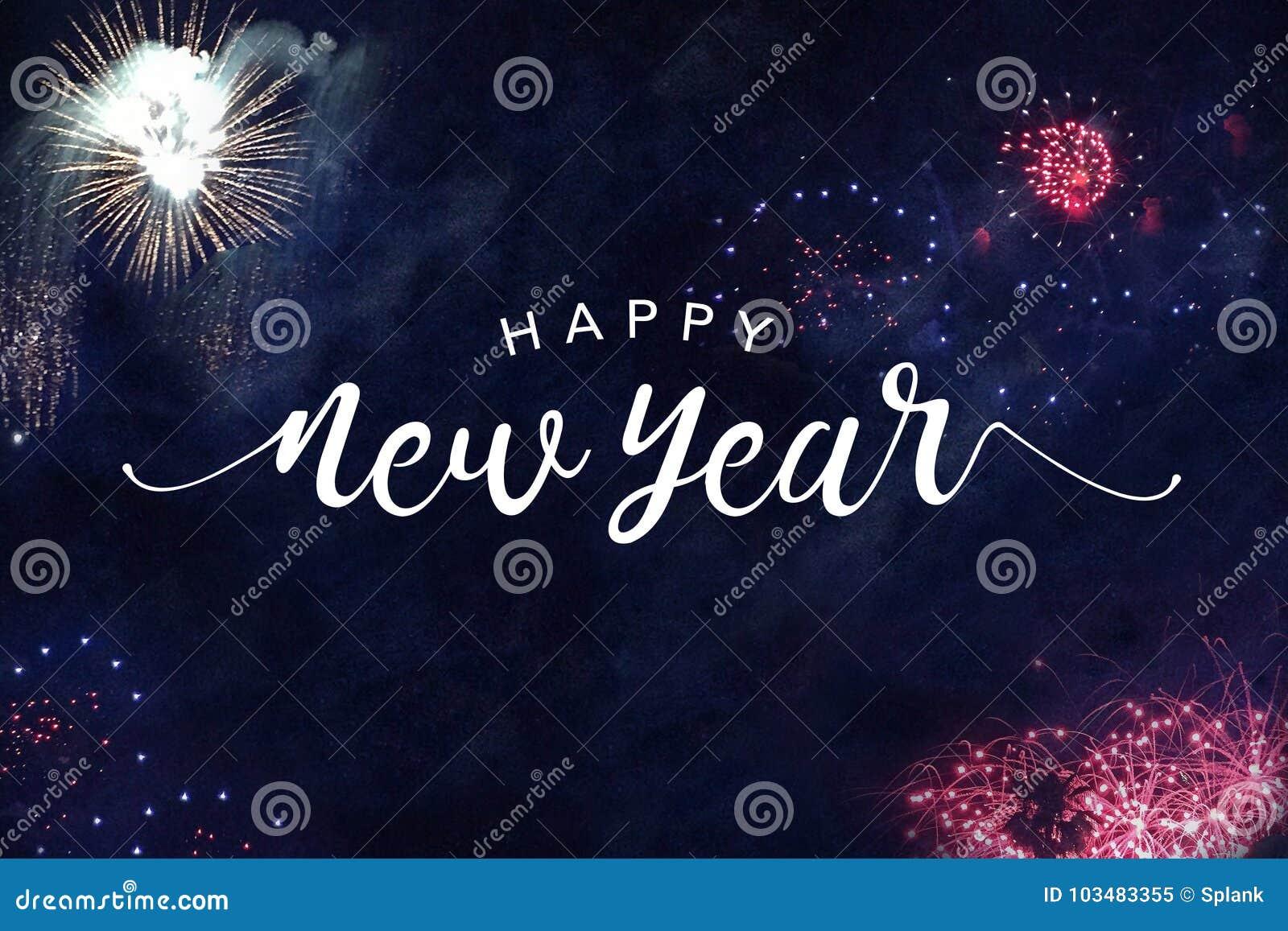 Typografi för lyckligt nytt år med fyrverkerier i natthimmel