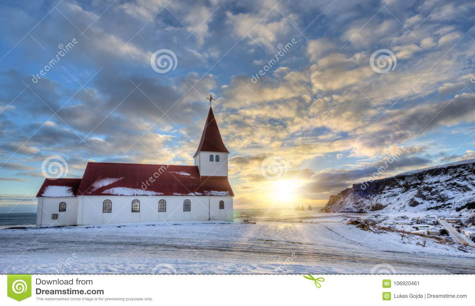 Typowa czerwień barwił drewnianego kościół w Vik miasteczku, Iceland w zimie
