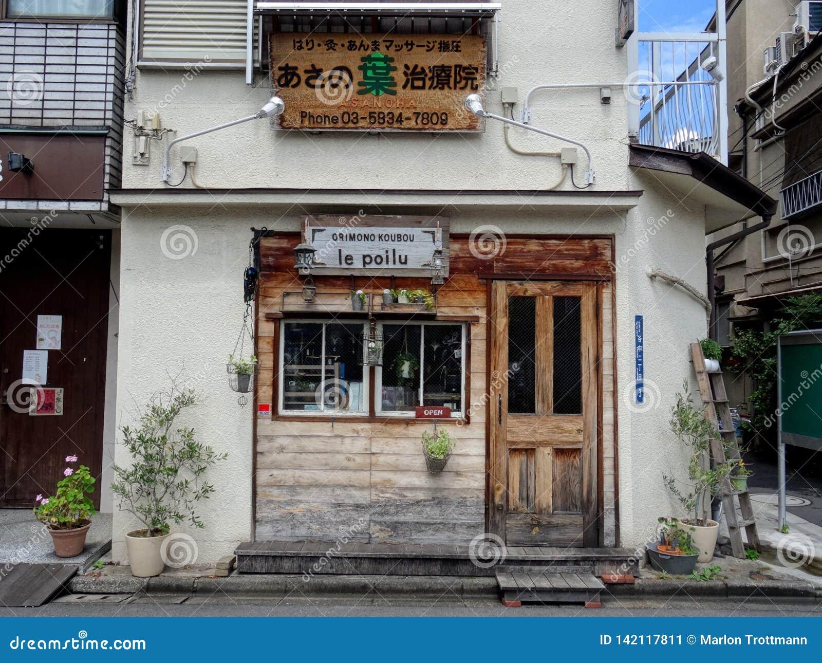 Typowa fasada restauracja w Yakana Ginza w Tokio, Japonia
