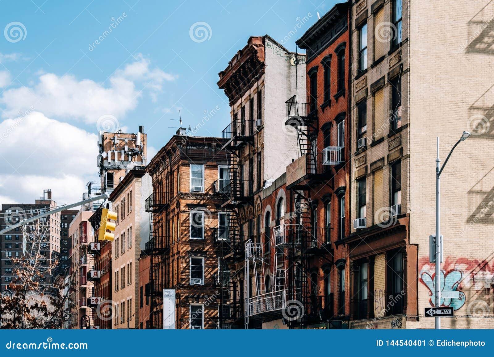 Typowi ceglani domy Chinatown z śpiewają w lower manhattan