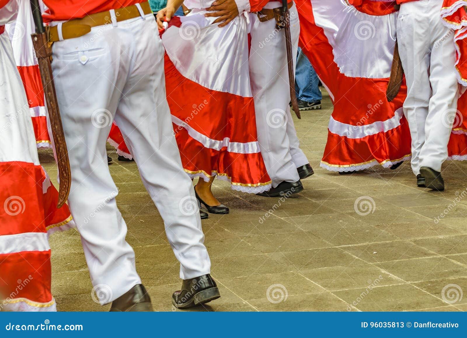 Typowi Ekwadorscy tancerzy cieki