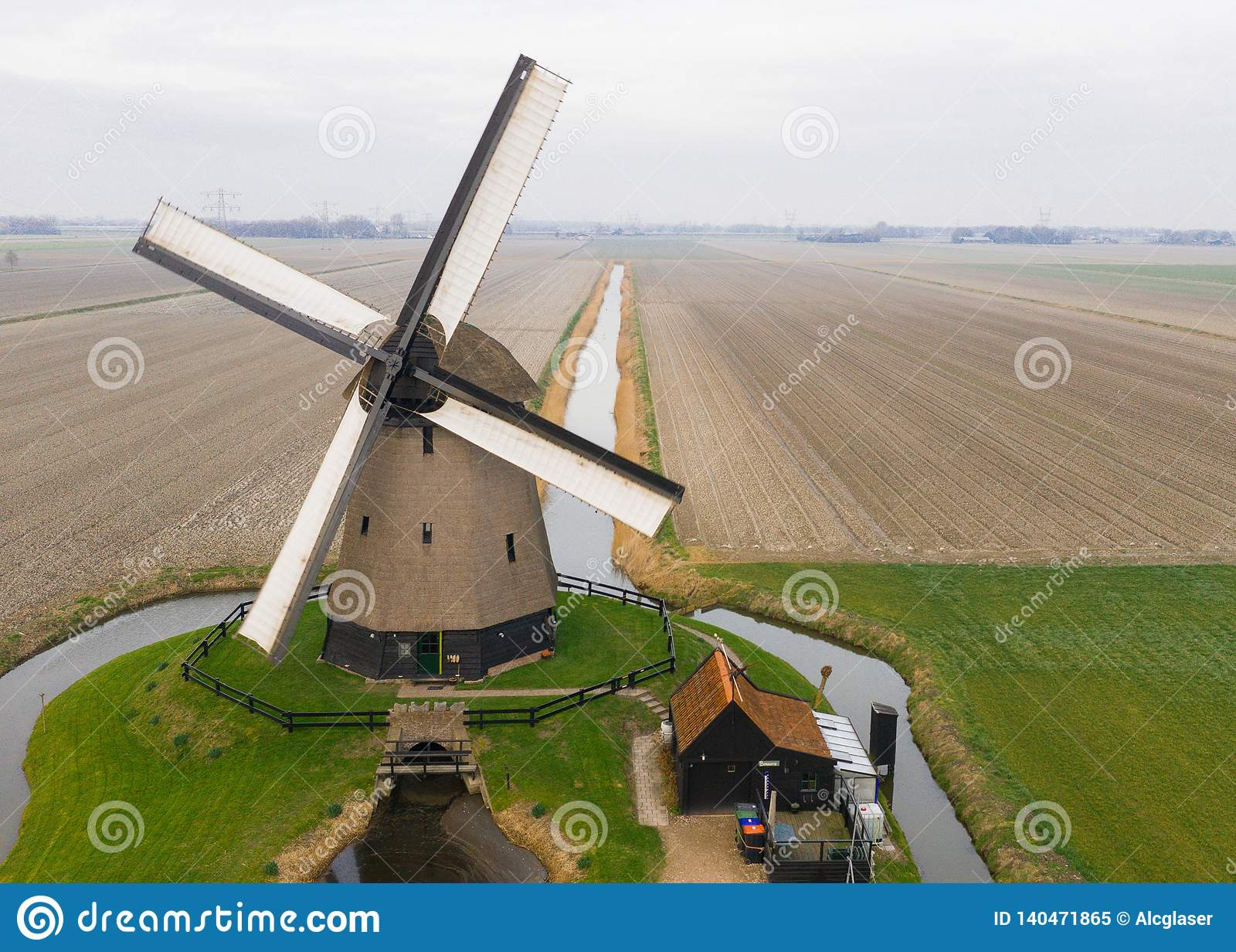 Typowy antyczny Holenderski wiatraczek z polami z góry