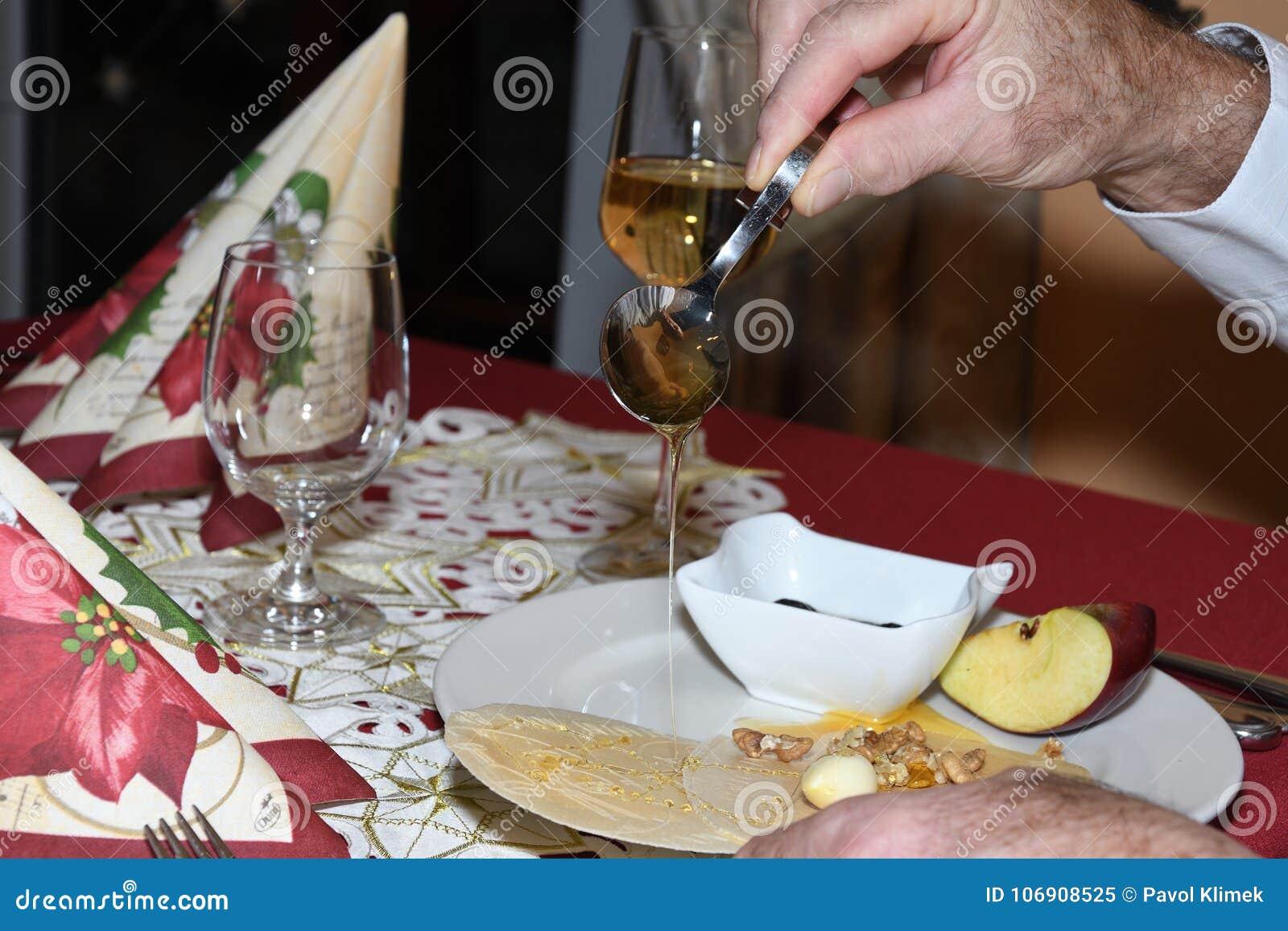 Typowy Christmass religii karmowy gofr z Miodowego czosnku jabłczanym orzechem włoskim i śliwką