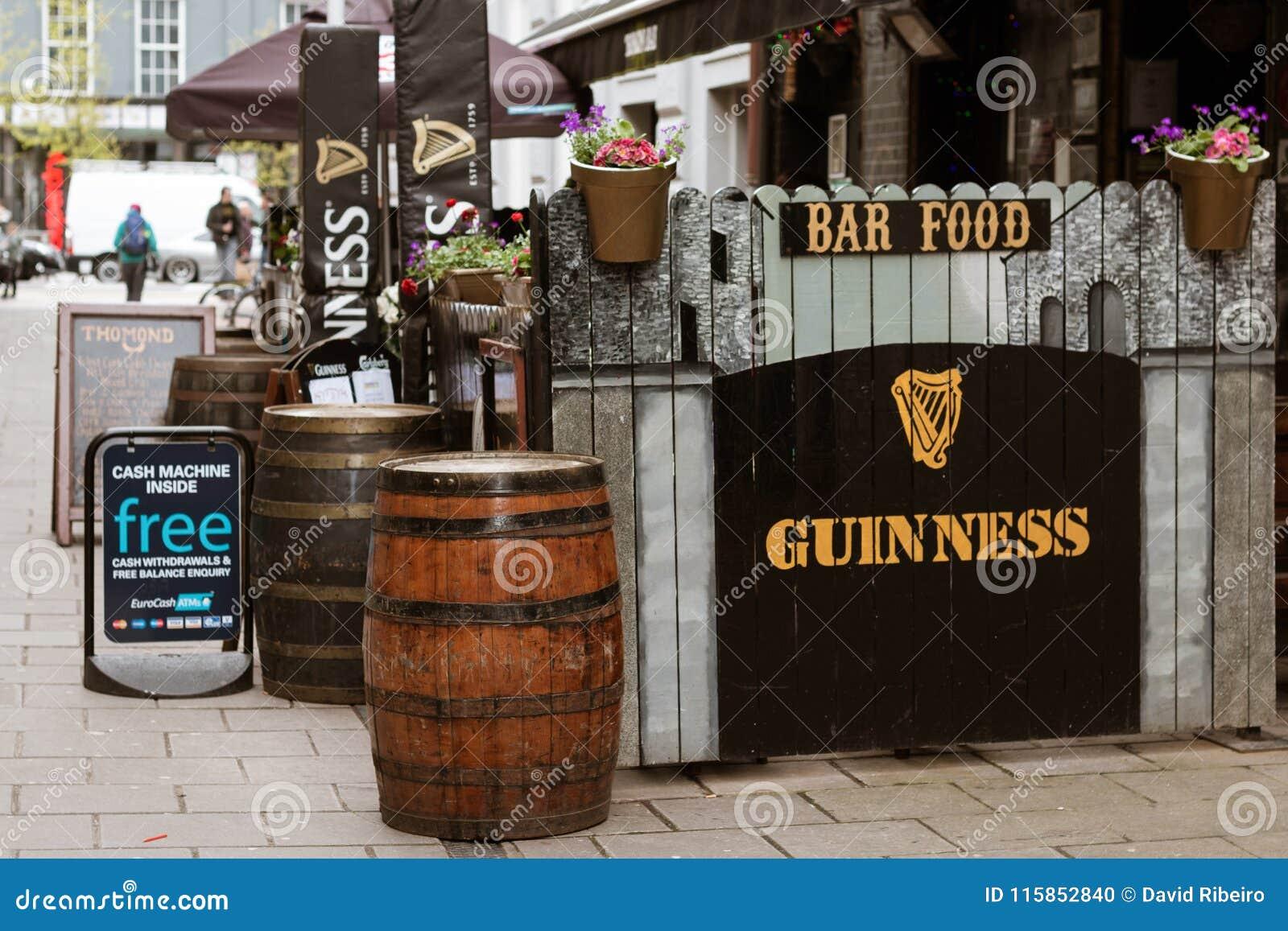 Typowy irlandczyka bar na ulicach korek z Guinness podpisuje i drewno beczkuje outside