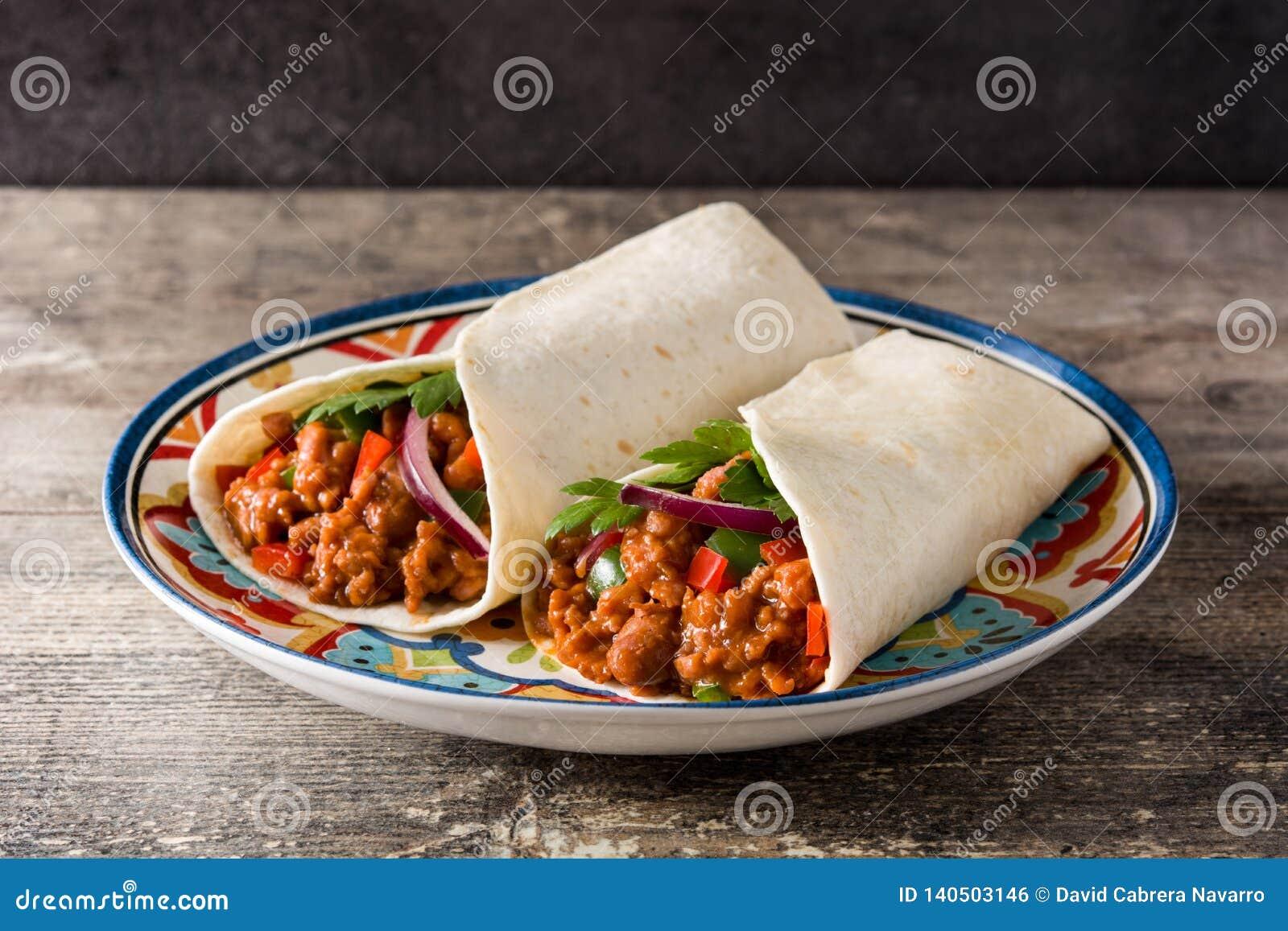 Typowy Meksykański burrito opakunek z wołowiną, frijoles i warzywami,