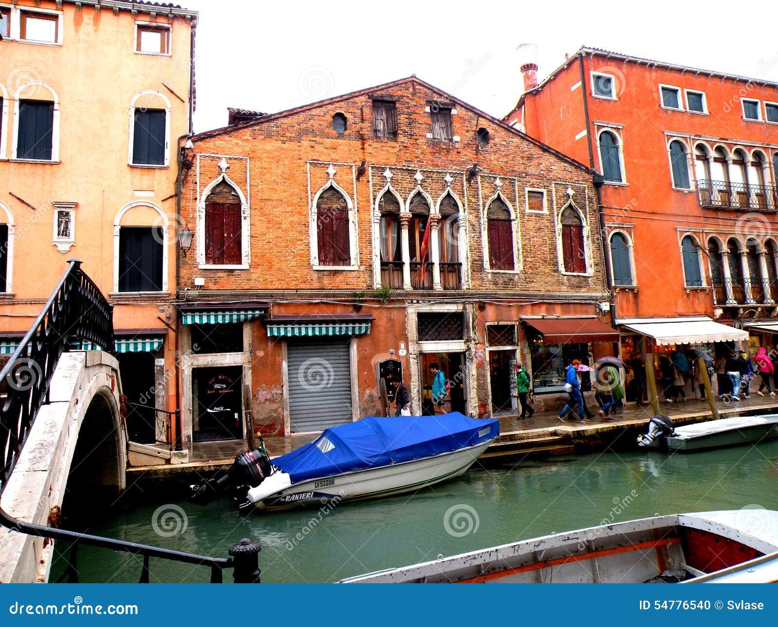 Typowy miastowy krajobraz w Murano, Włochy, w deszczowym dniu