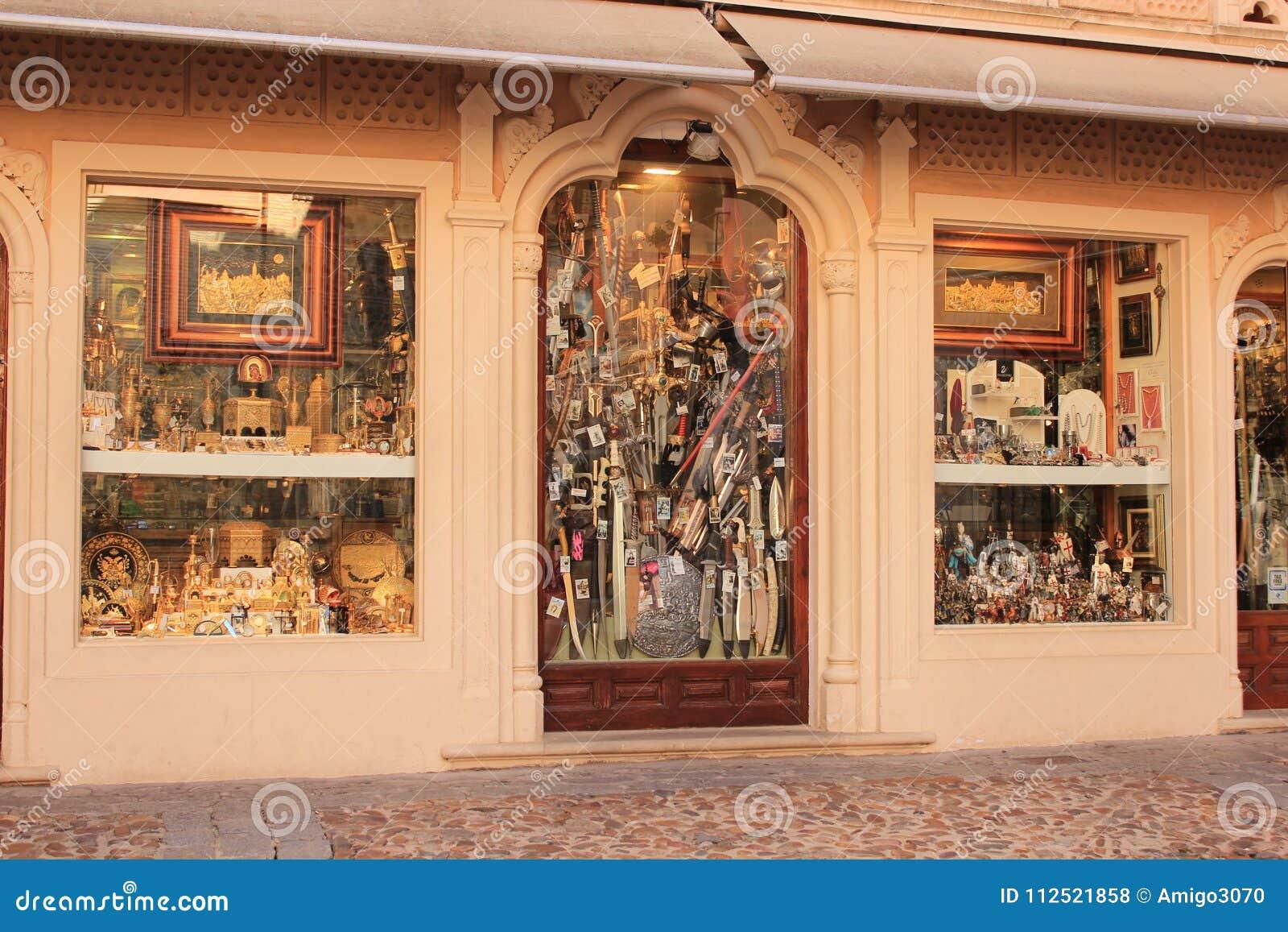 Typowy rękodzieło sklep w średniowiecznym mieście Toledo w Hiszpania