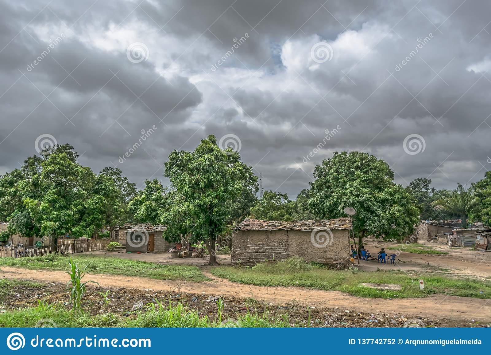 Typowy wioska widok, tradycyjni terakotowi domy z cynku talerza pokrywą i cegły,