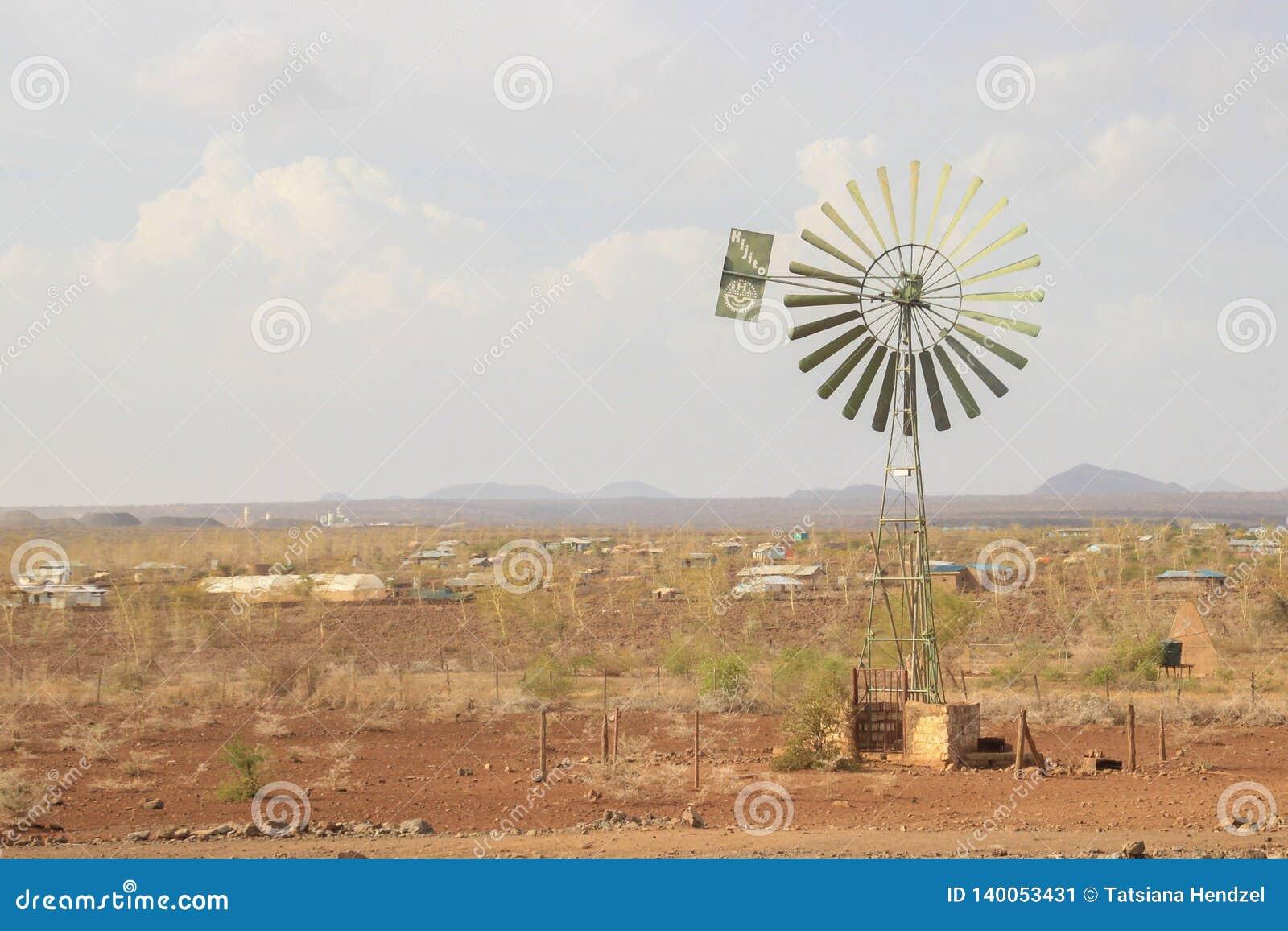 Typväderkvarn för gammal skola i ett kenyanskt fält