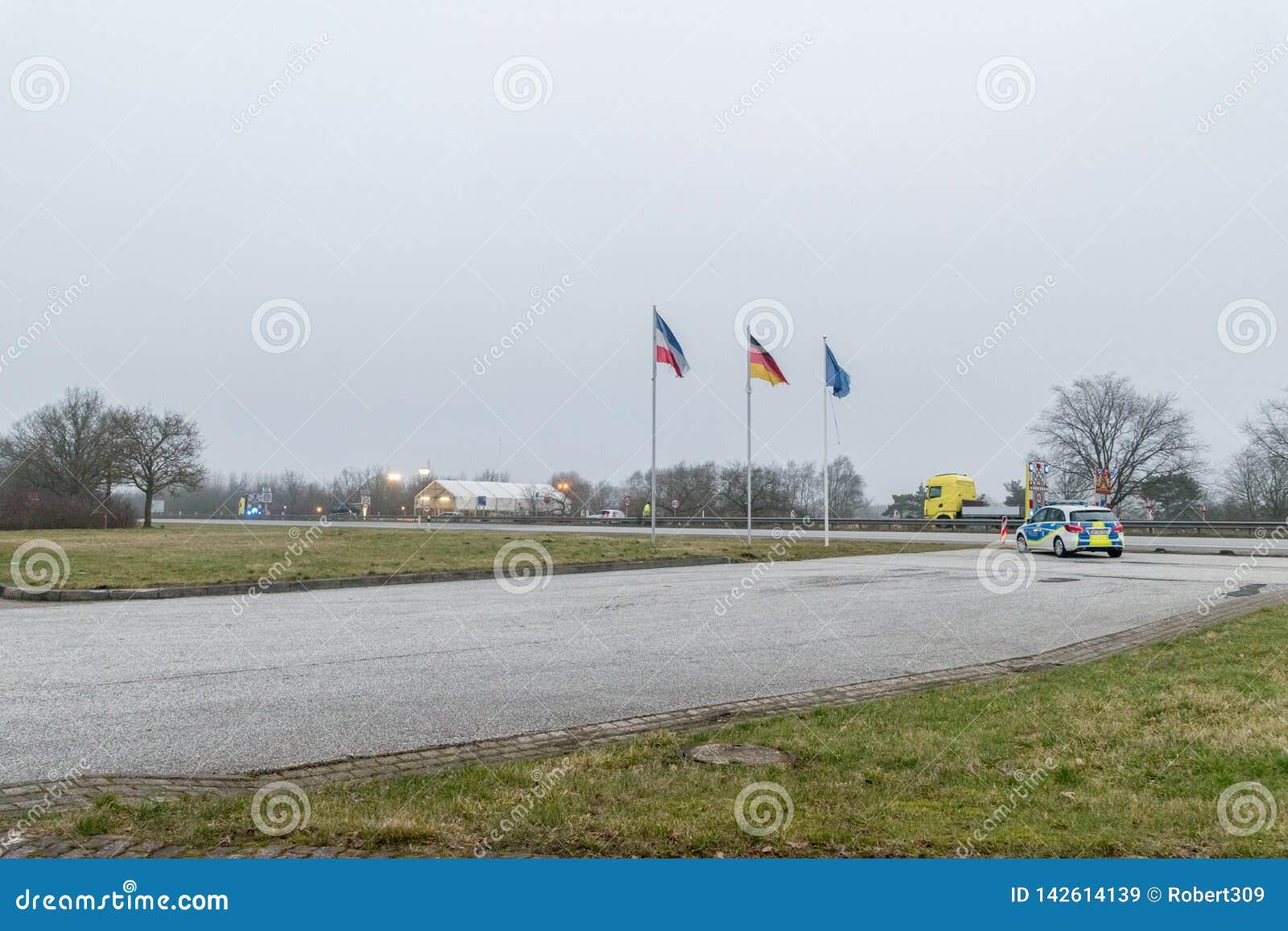 Tysk-danska gränstecken på den molniga dagen