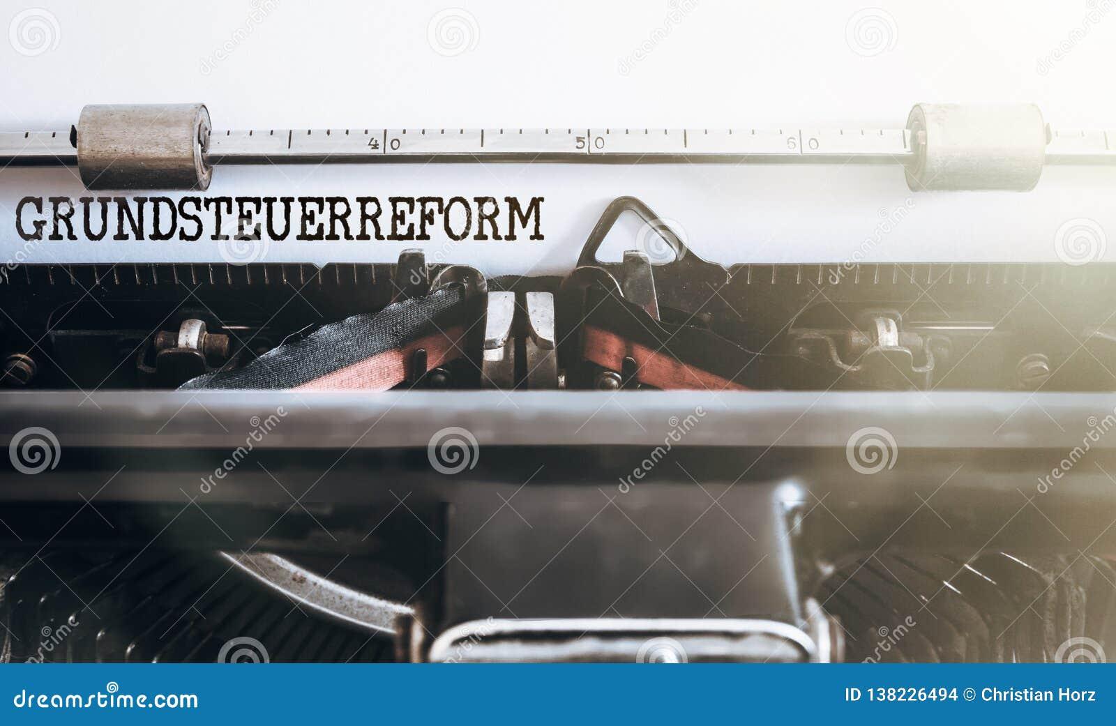 Tysk ordGrundsteuerreform egenskap eller landskattreform som är skriftlig på den gamla skrivmaskinen