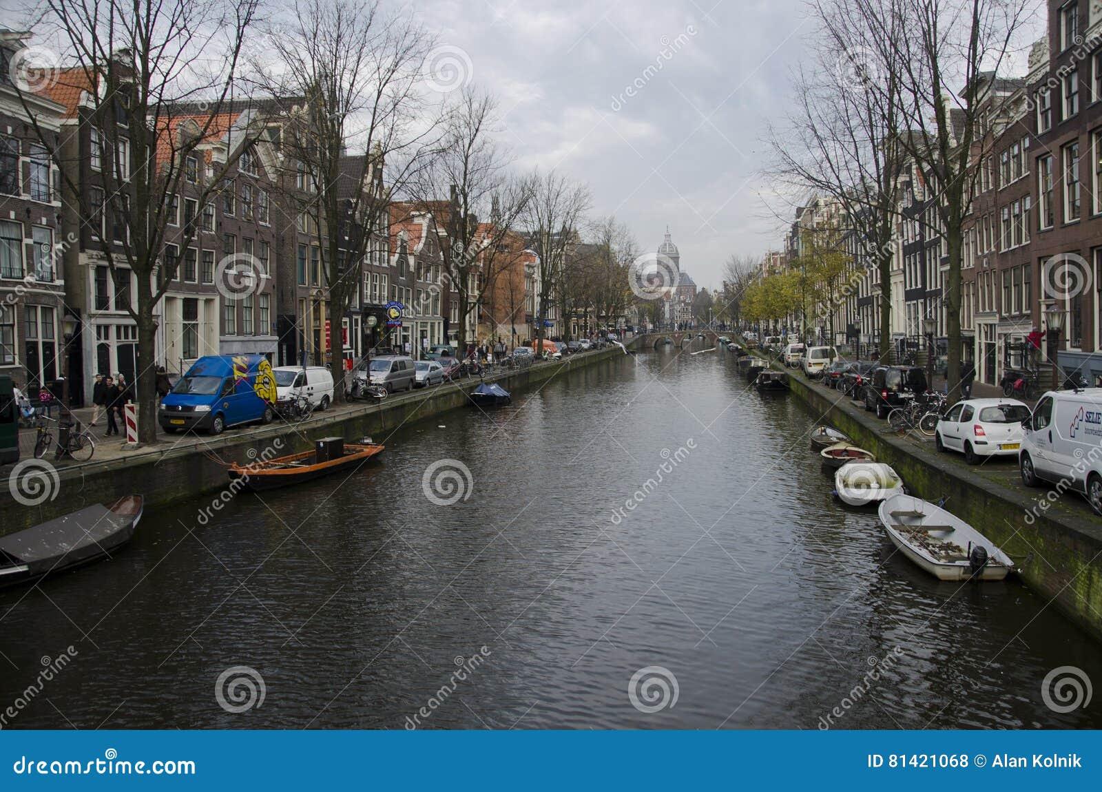 Tyst morgon på en kanal i Amsterdam