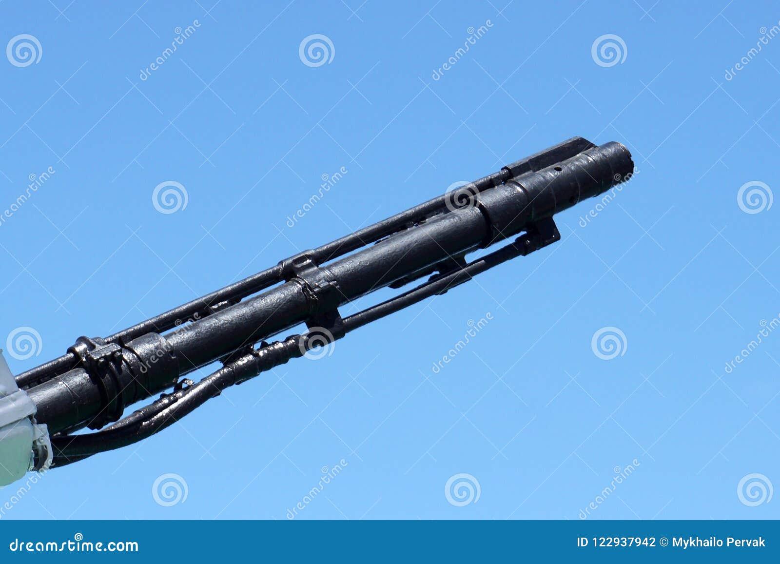 Tysta ned trumman av artillerivapnet för det sjö- skeppet på en bakgrund för blå himmel kopiera utrymme, den selektiva fokusen, s
