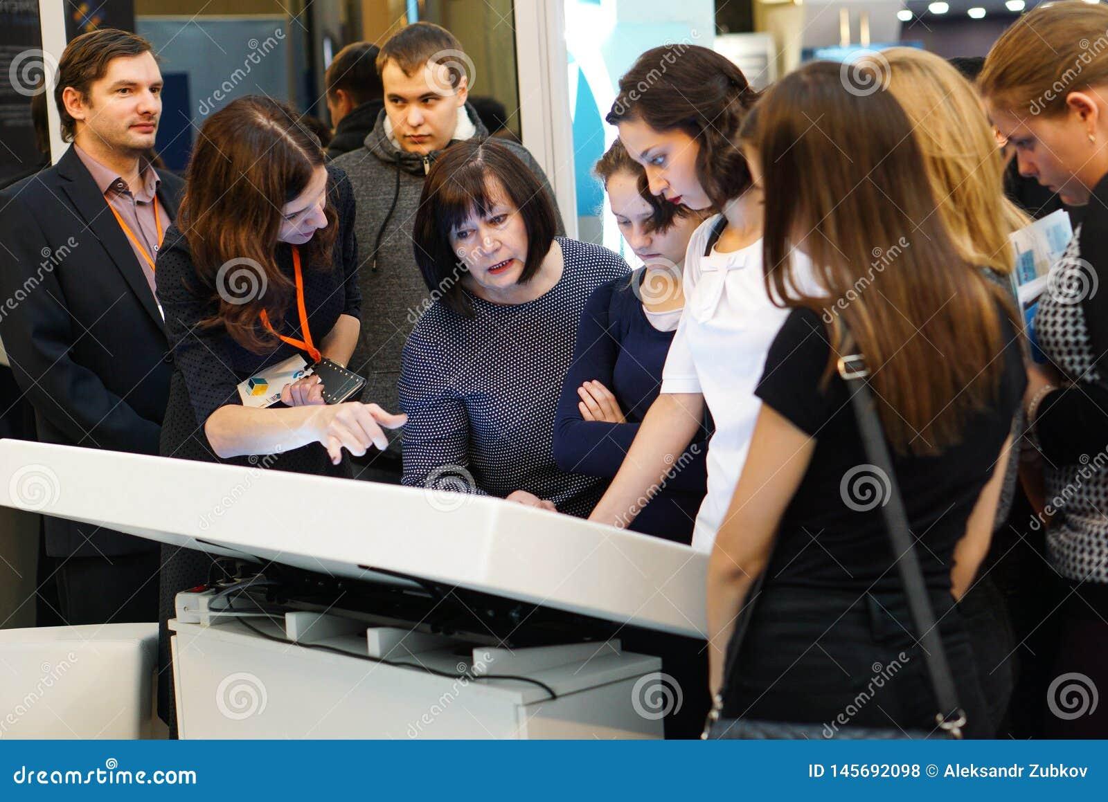 Tyumen, Rusia, 09 07 2016 Foro de tecnolog?as innovadoras Cient?ficos, pol?ticos y hombres de negocios de la comunicaci?n