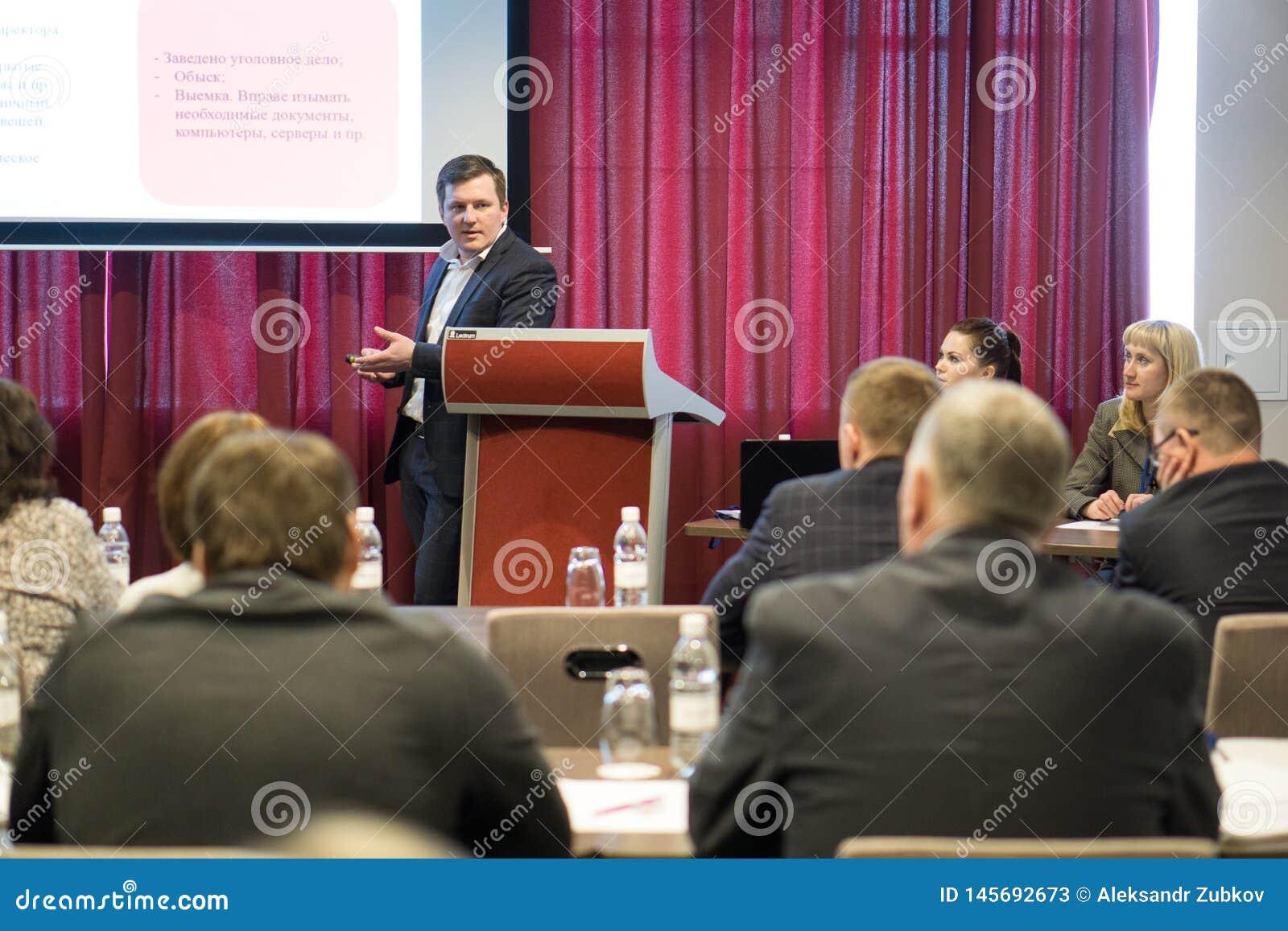 Tyumen, Rusia, 02 21 2017 Un hombre hace un informe en una conferencia delante de una audiencia