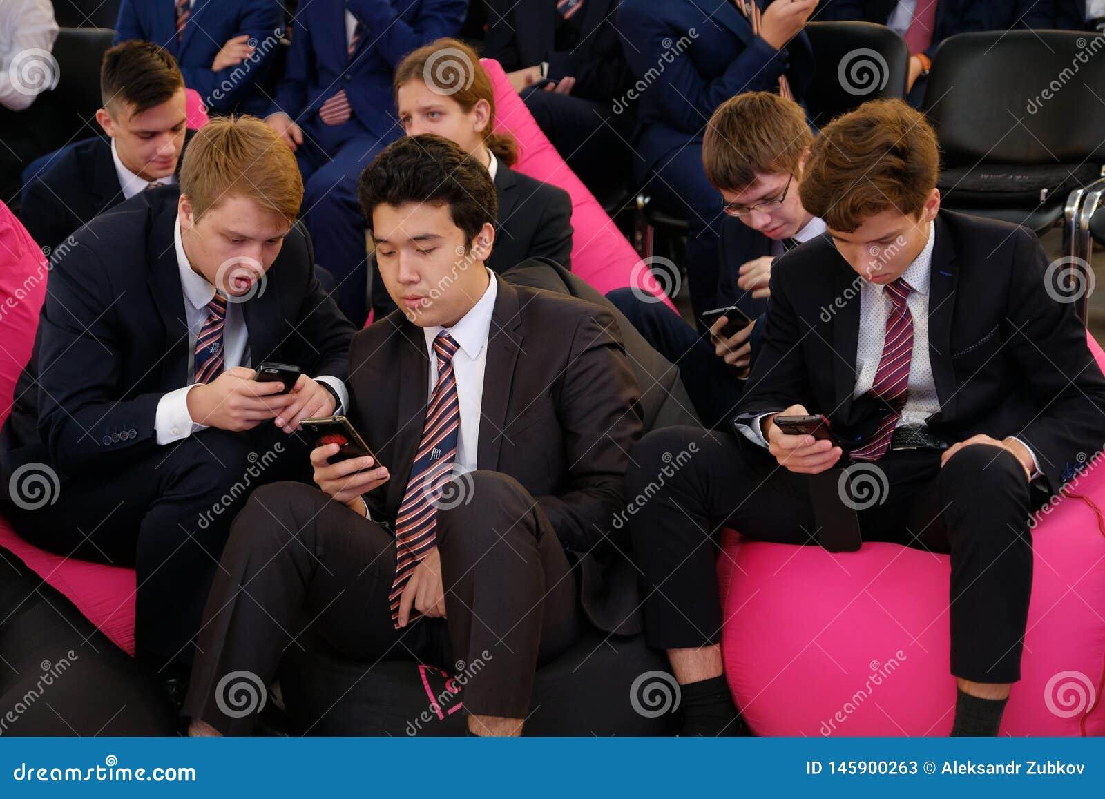 Tyumen, Russie, 10 11 2018 Forum des technologies innovatrices Scientifiques, politiciens et hommes d affaires de communication ?