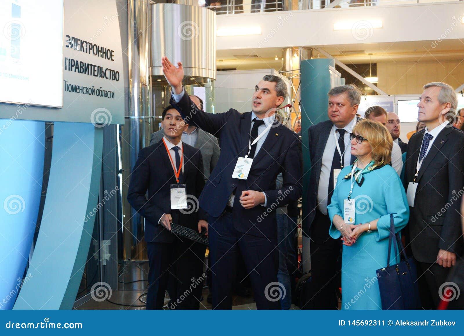 Tyumen, Russie, 09 07 2016 Forum des technologies innovatrices Scientifiques, politiciens et hommes d affaires de communication