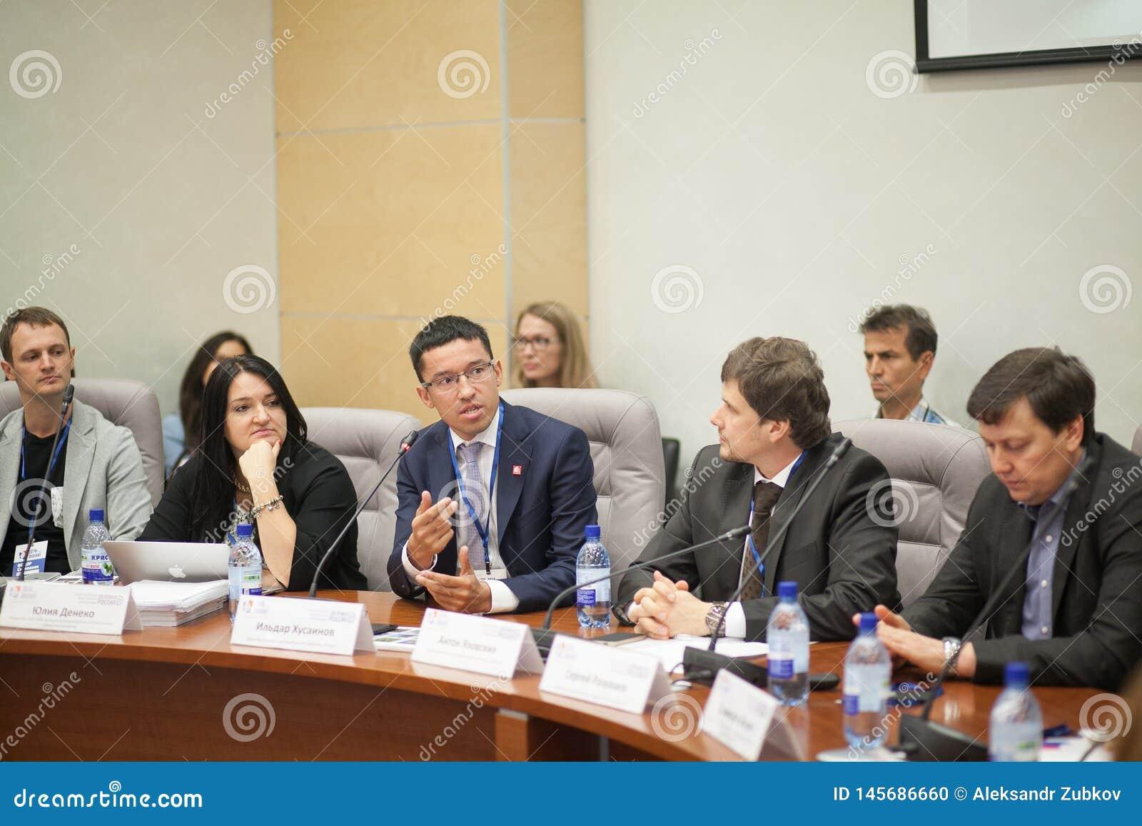 Tyumen Ryssland, 09 07 2016 Forum av innovativa teknologier Kommunikationsforskare, politiker och aff?rsm?n