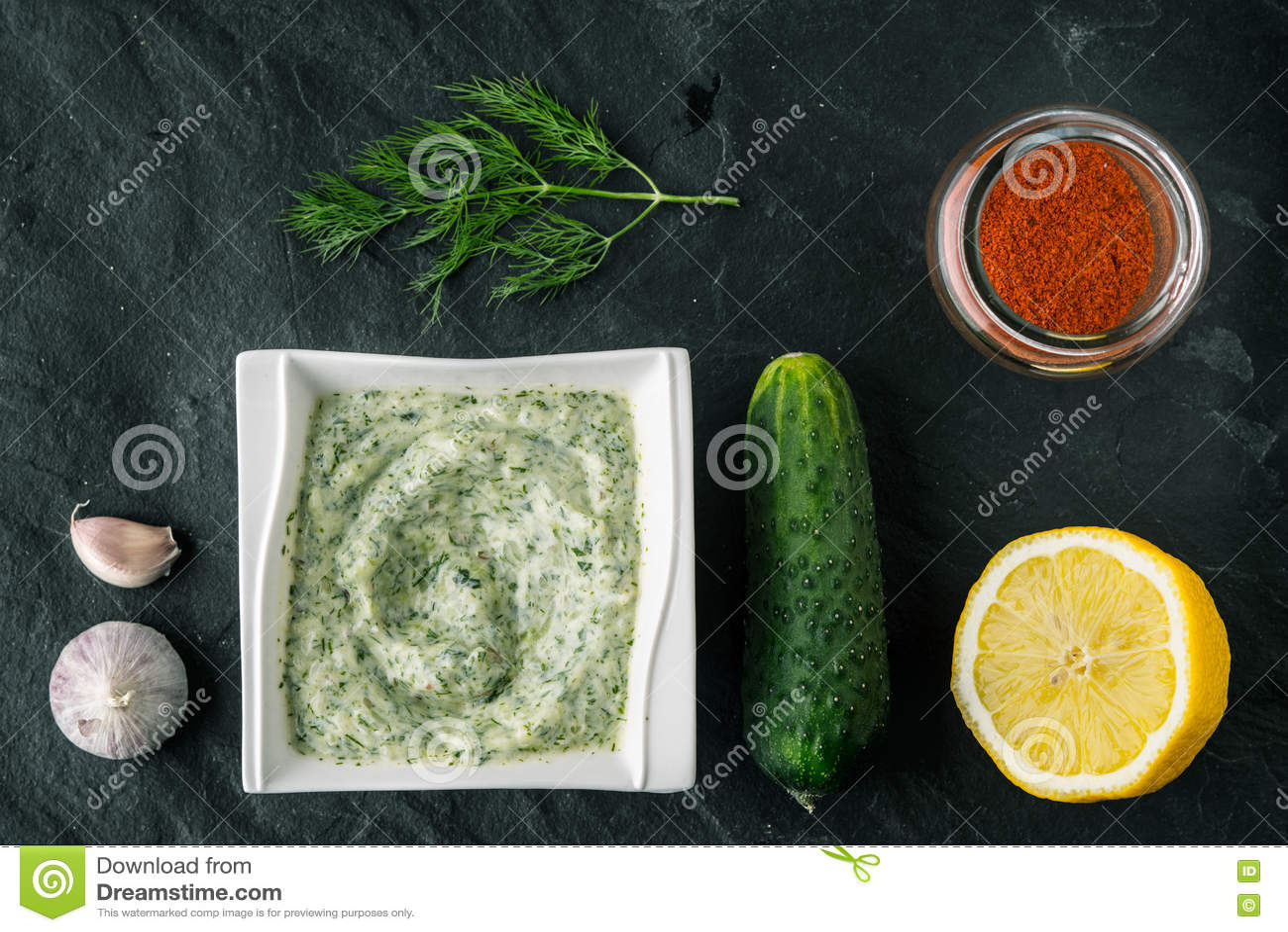 在石桌上的Tzatziki用黄瓜、柠檬和晒干的顶视图