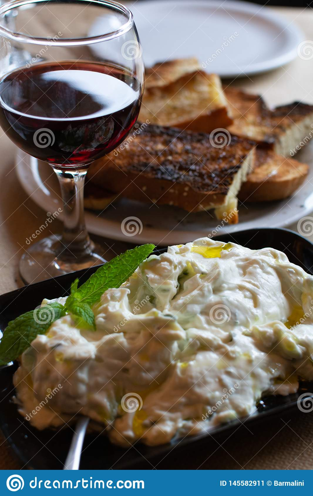 Tzatziki, cacik of tarator, onderdompeling of saus van Zuidoosteneuropa en Midden-Oosten van gezouten gespannen die yoghurt wordt