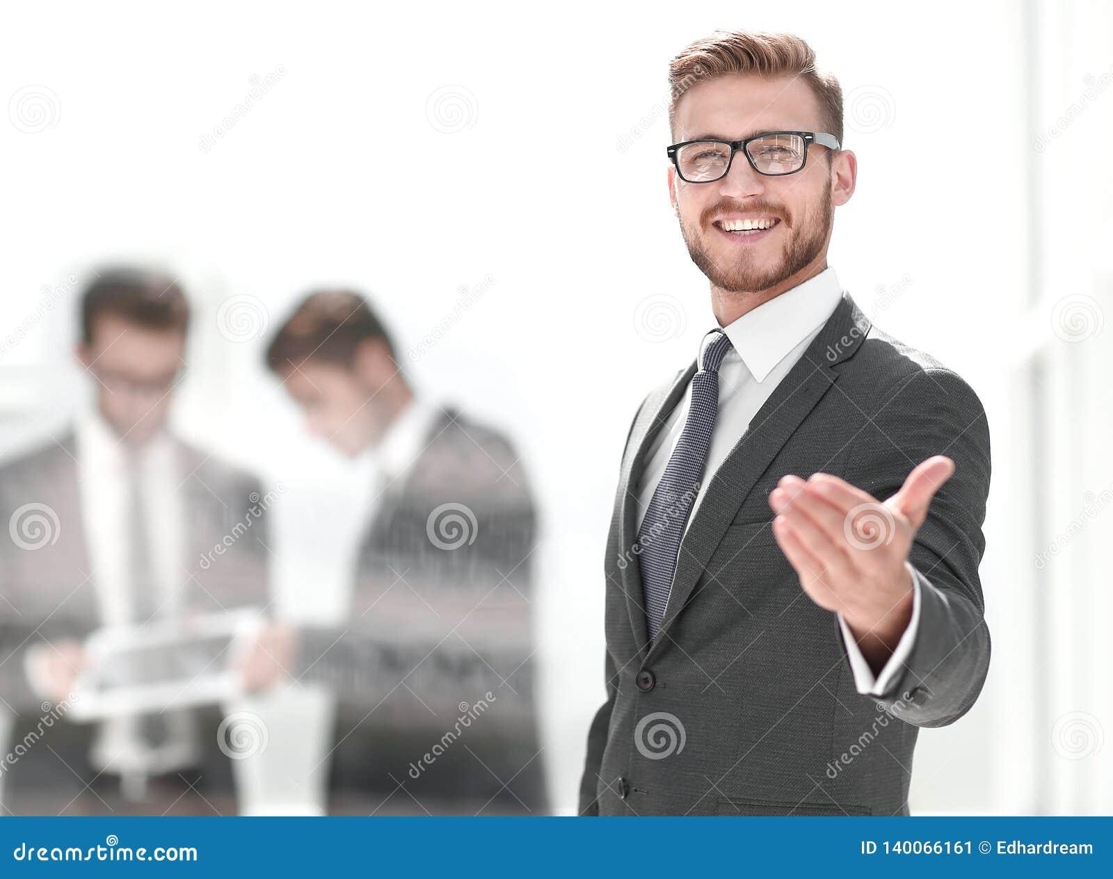Uśmiechnięty biznesmena powitania uścisk dłoni