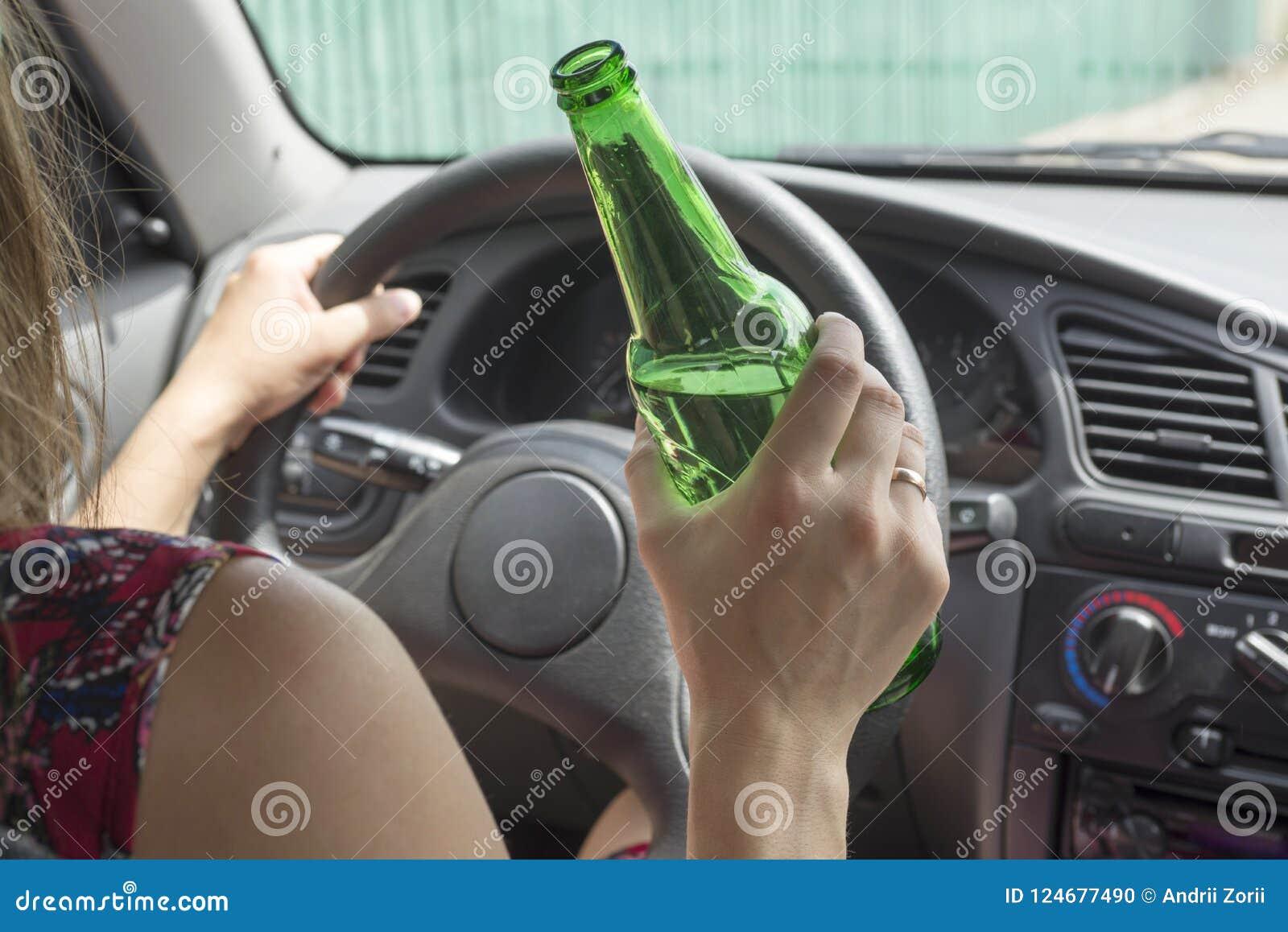 Uísque Bebendo Do Motorista Fêmea Deprimido De Uma Garrafa