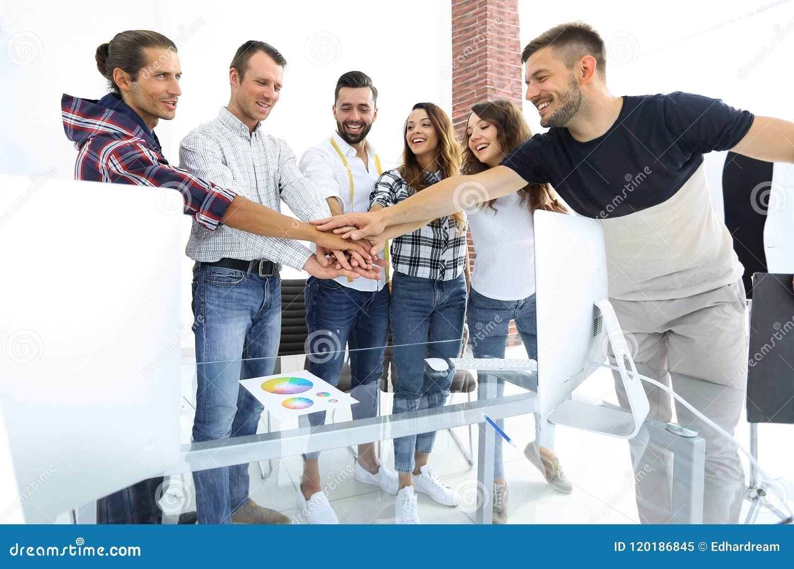 Uścisków dłoni koledzy w kreatywnie studiu