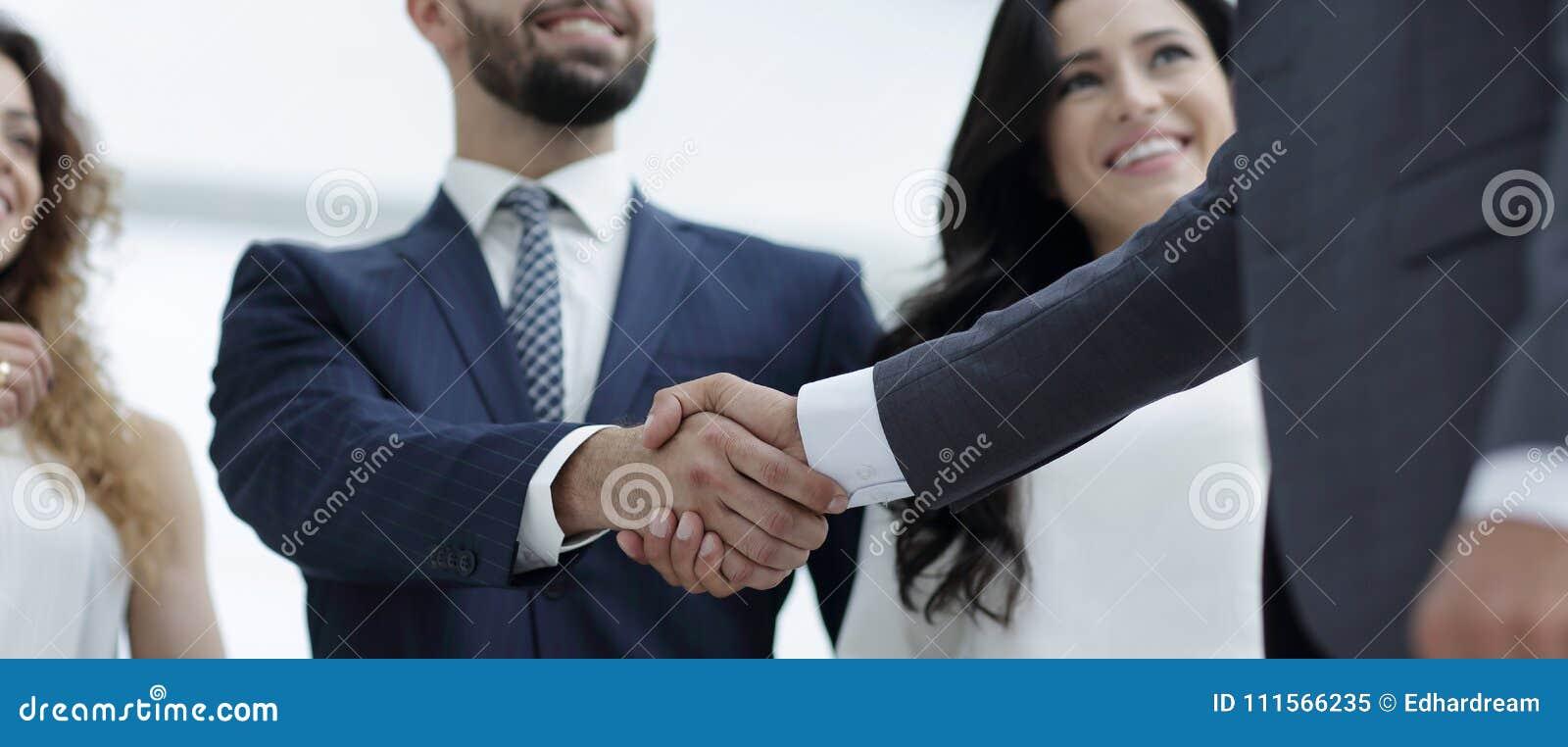 Uścisków dłoni partnery biznesowi przy spotkaniem