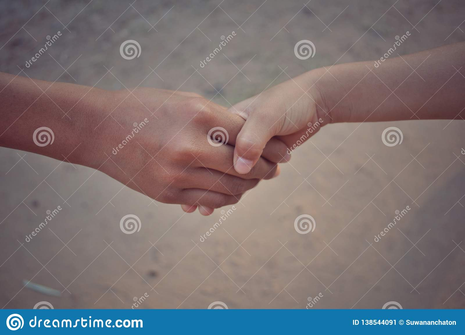 Uścisk dłoni między dwa rękami
