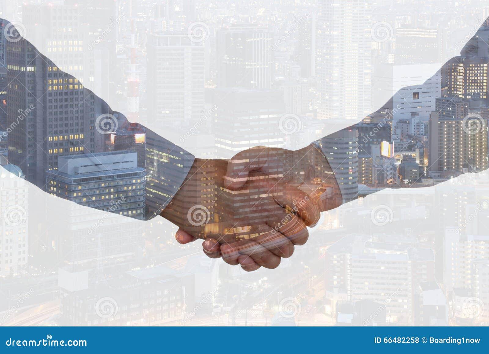 Uścisk dłoni ręki potrząśnięcia chwiania biznesowych ręk sukcesu dylowy powitanie