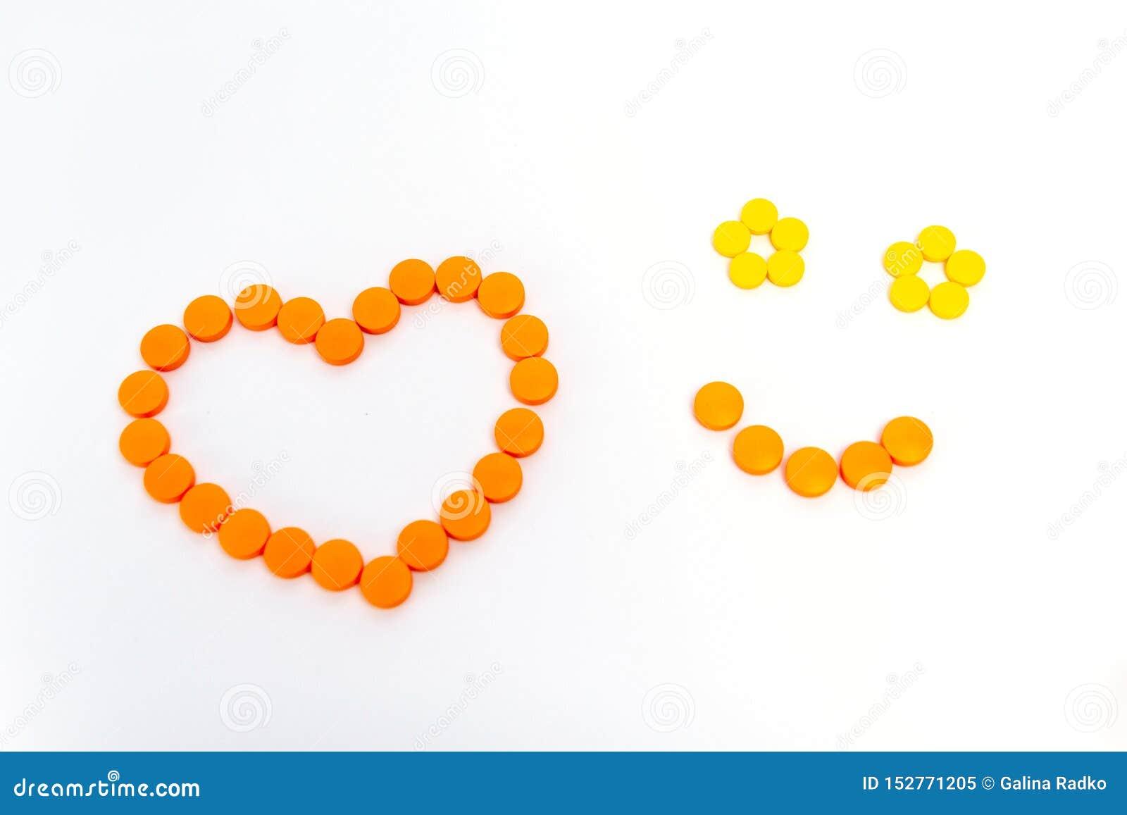 Uśmiech i serce jesteśmy pomarańczowymi pigułkami Odizolowywać na białym tle poj?cie k?ama medycyny pieni?dze ustalonego stetosko