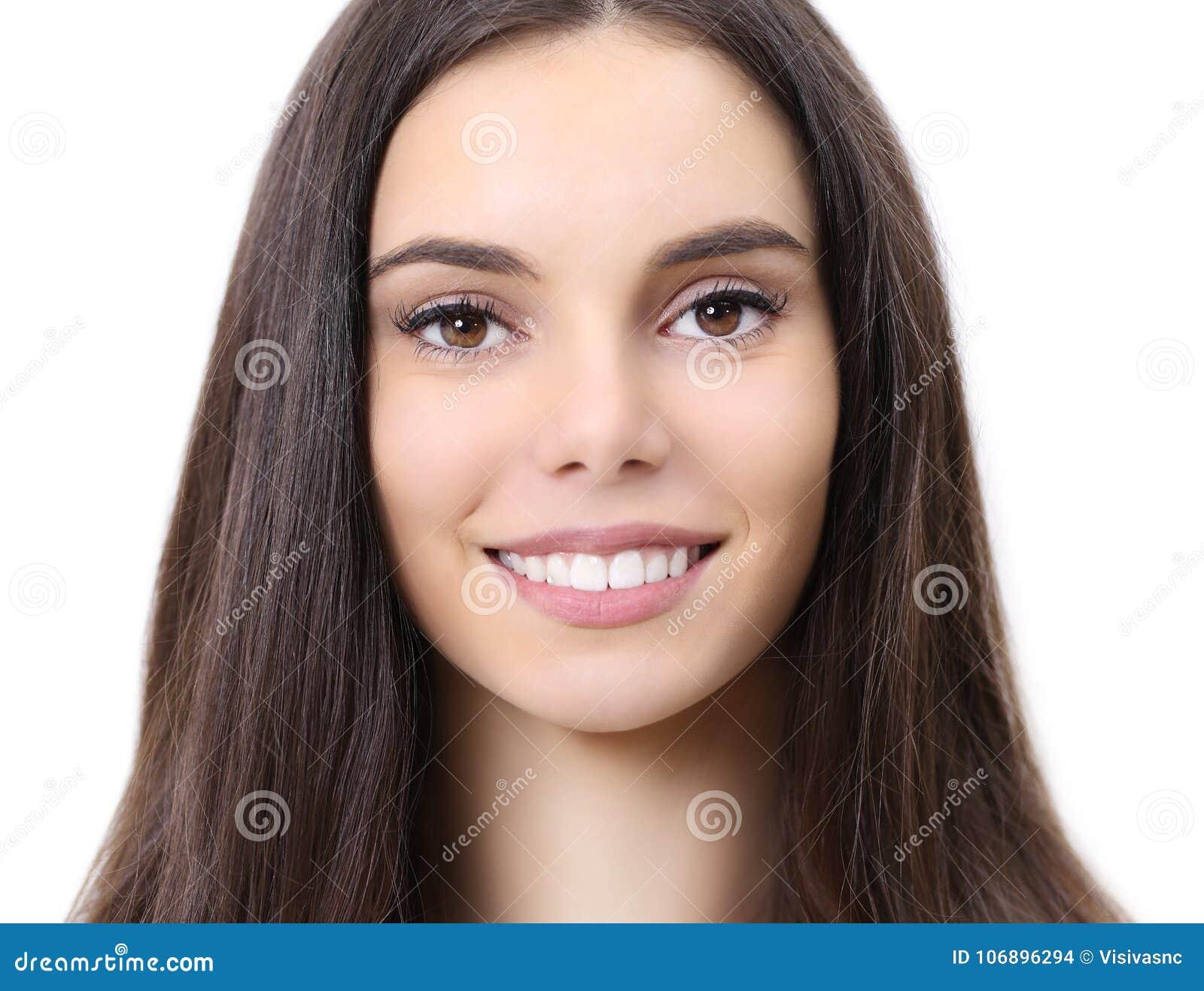 Uśmiech młodej kobiety piękny portret patrzeje kamerę