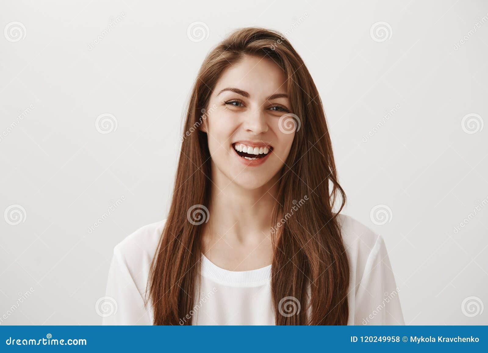 Uśmiech robi ludziom pięknemu outside Atrakcyjna dziewczyna śmia się out głośnego, cieszący się wydający czas z przyjaciółmi wewn