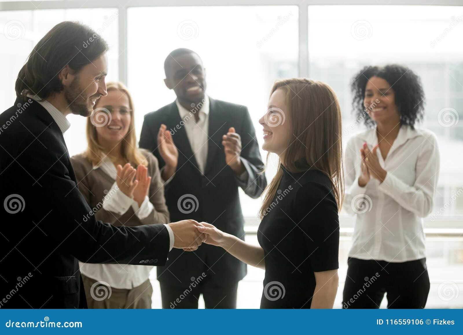 Uśmiechać się ceo handshaking żeńskiego pracownika seansu pomyślnego szacunek