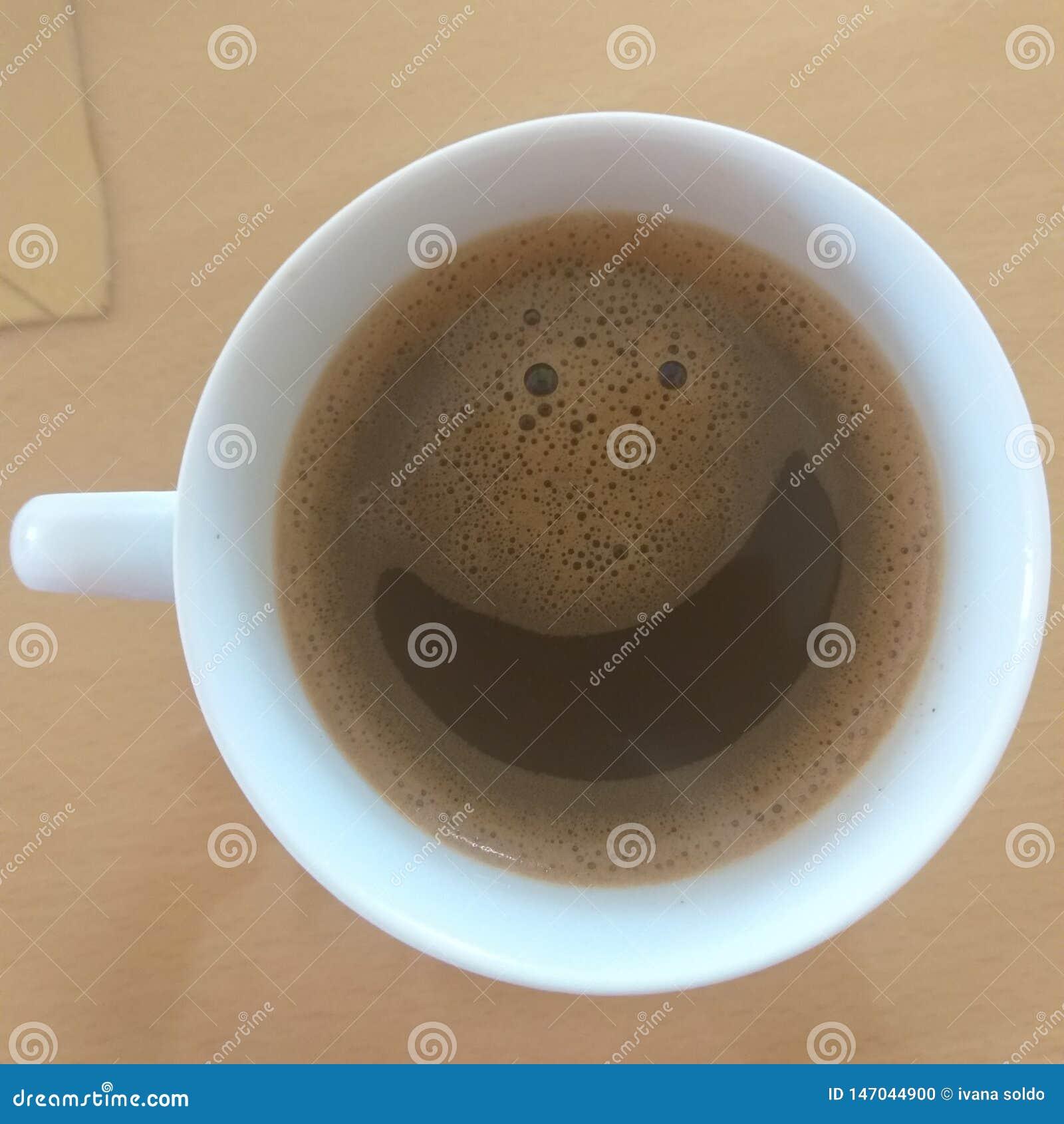 Uśmiecha się swój czas dla kawy