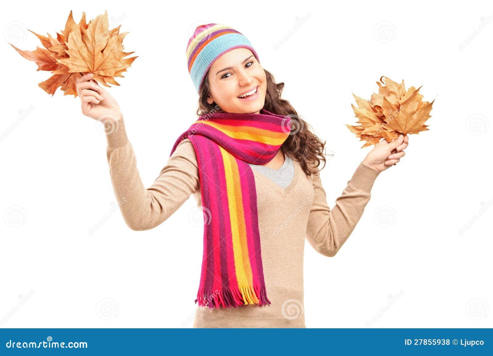 Uśmiechnięci żeńscy mienia drzewa liść