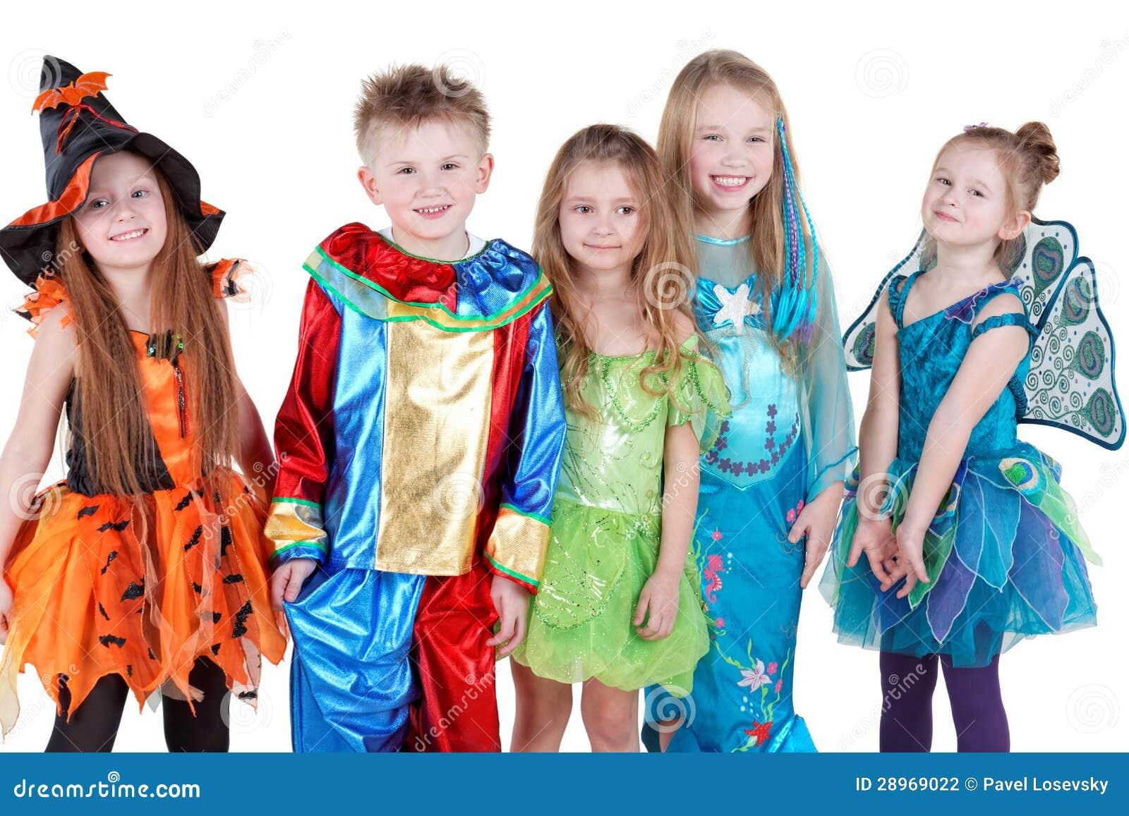 Uśmiechnięci dzieci w karnawałowym kostiumu stojaku