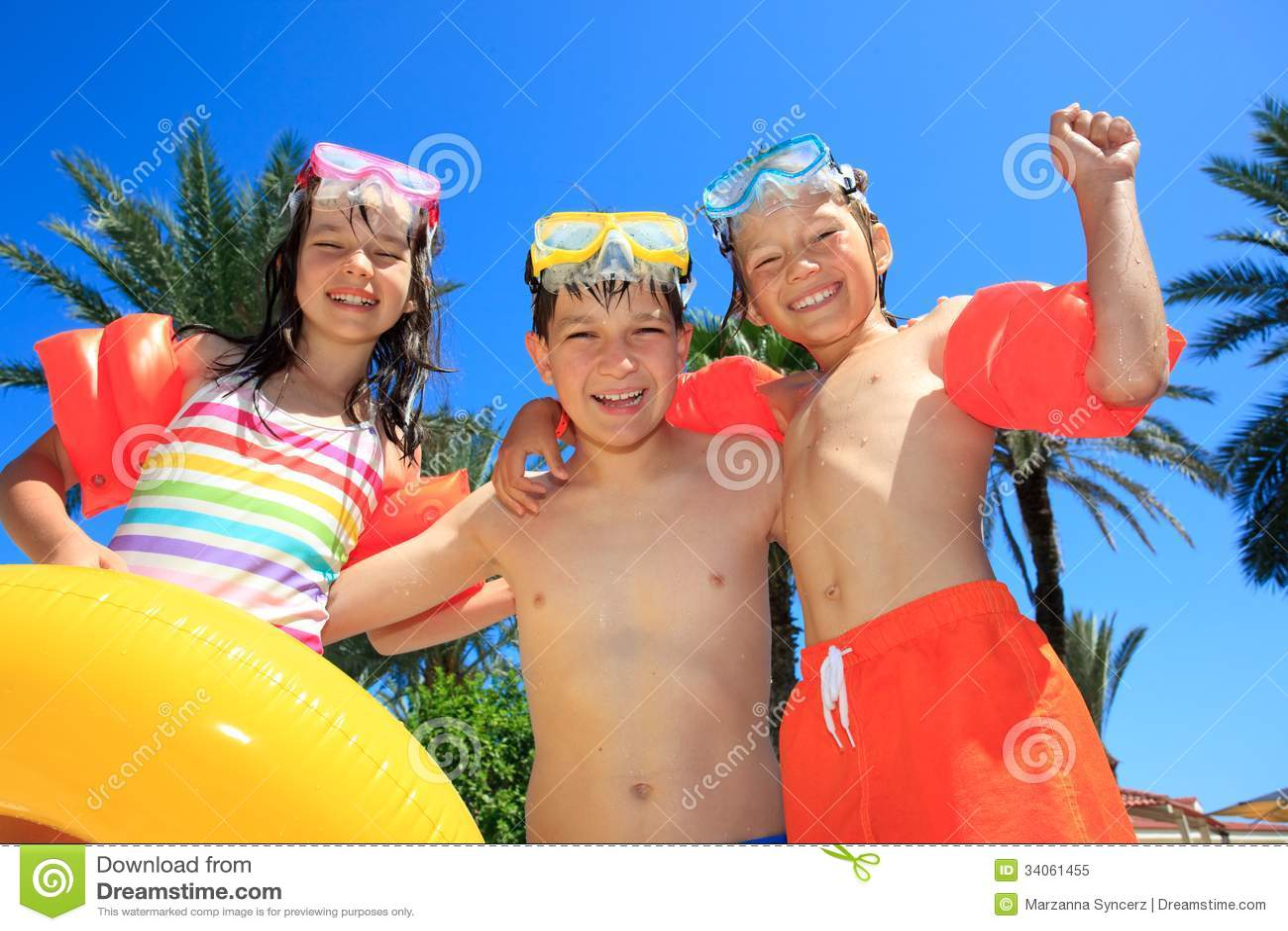 Uśmiechnięci dzieci w kostiumach kąpielowych