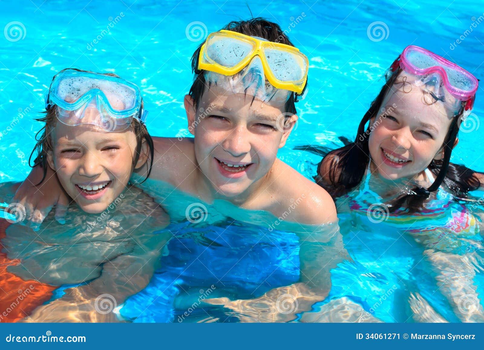 Uśmiechnięci dzieci w pływackim basenie