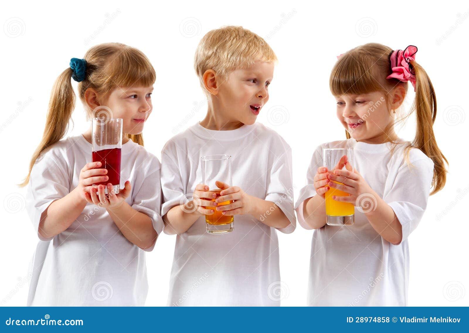 Uśmiechnięci dzieci z szkłem sok