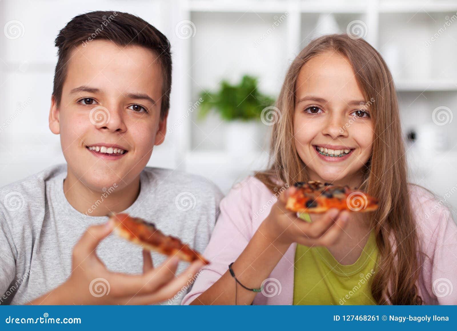 Uśmiechnięci nastolatkowie chłopiec i dziewczyna, mieć pizza plasterek - smil